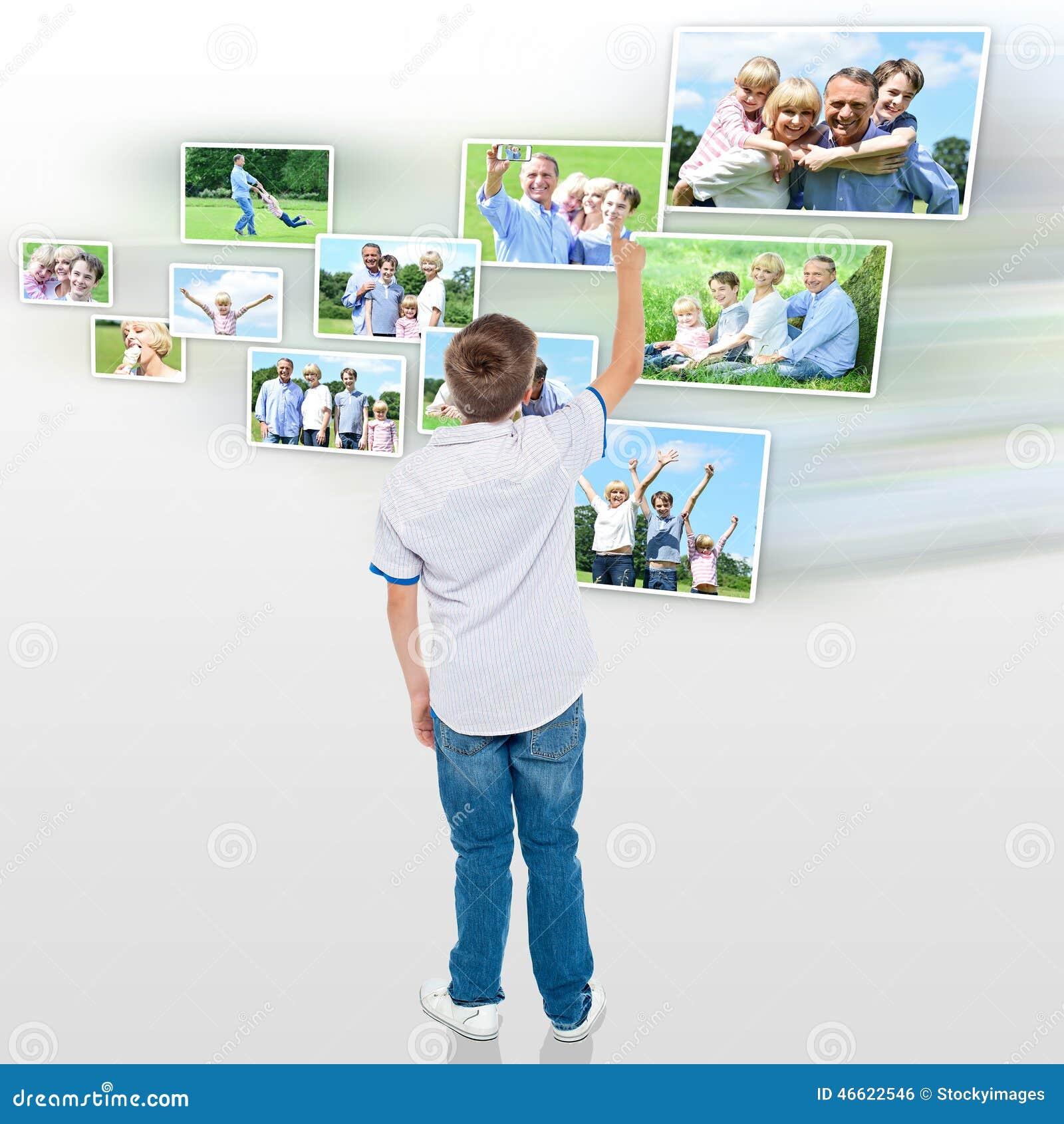 Menino novo que escolhe sua foto exterior compartilhar