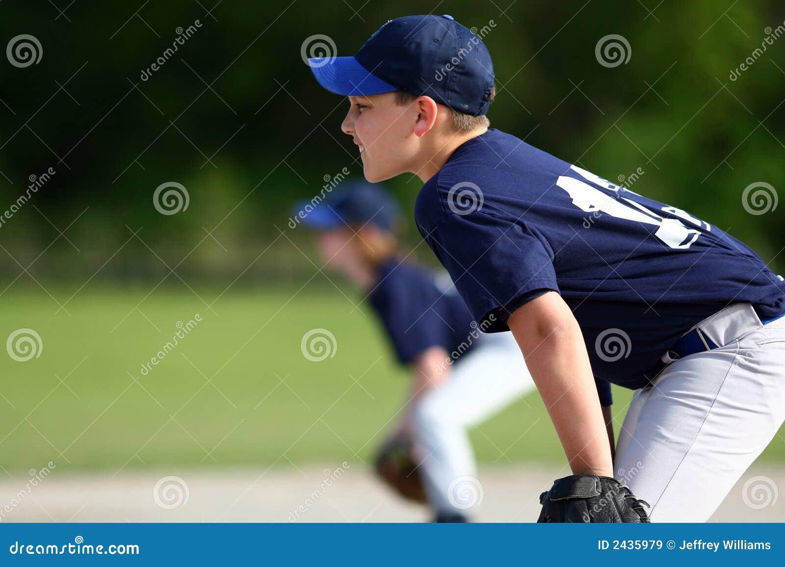 Menino novo que joga o basebol