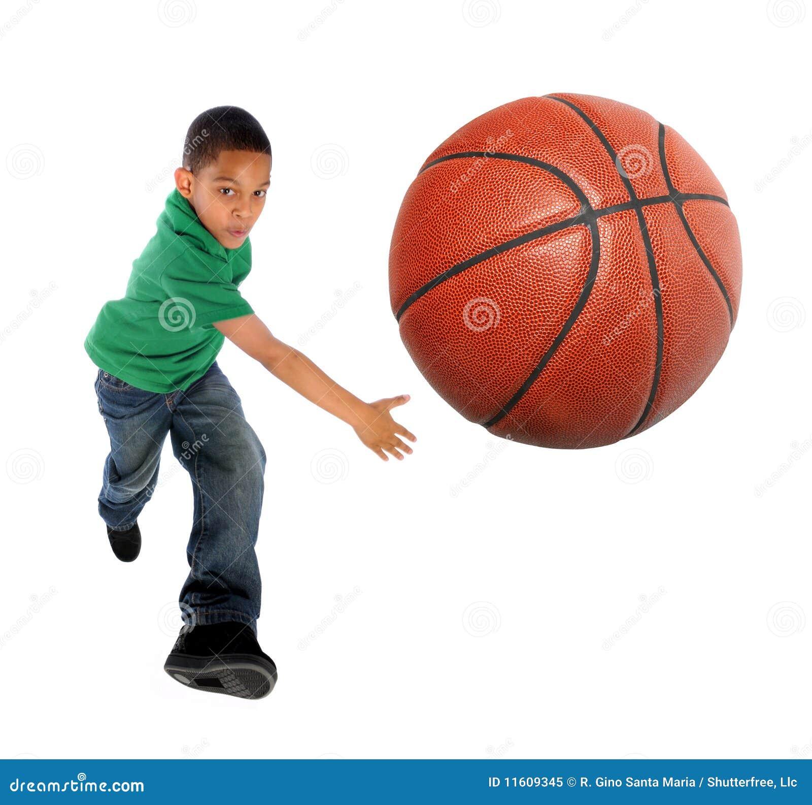 Menino novo que joga o basquetebol
