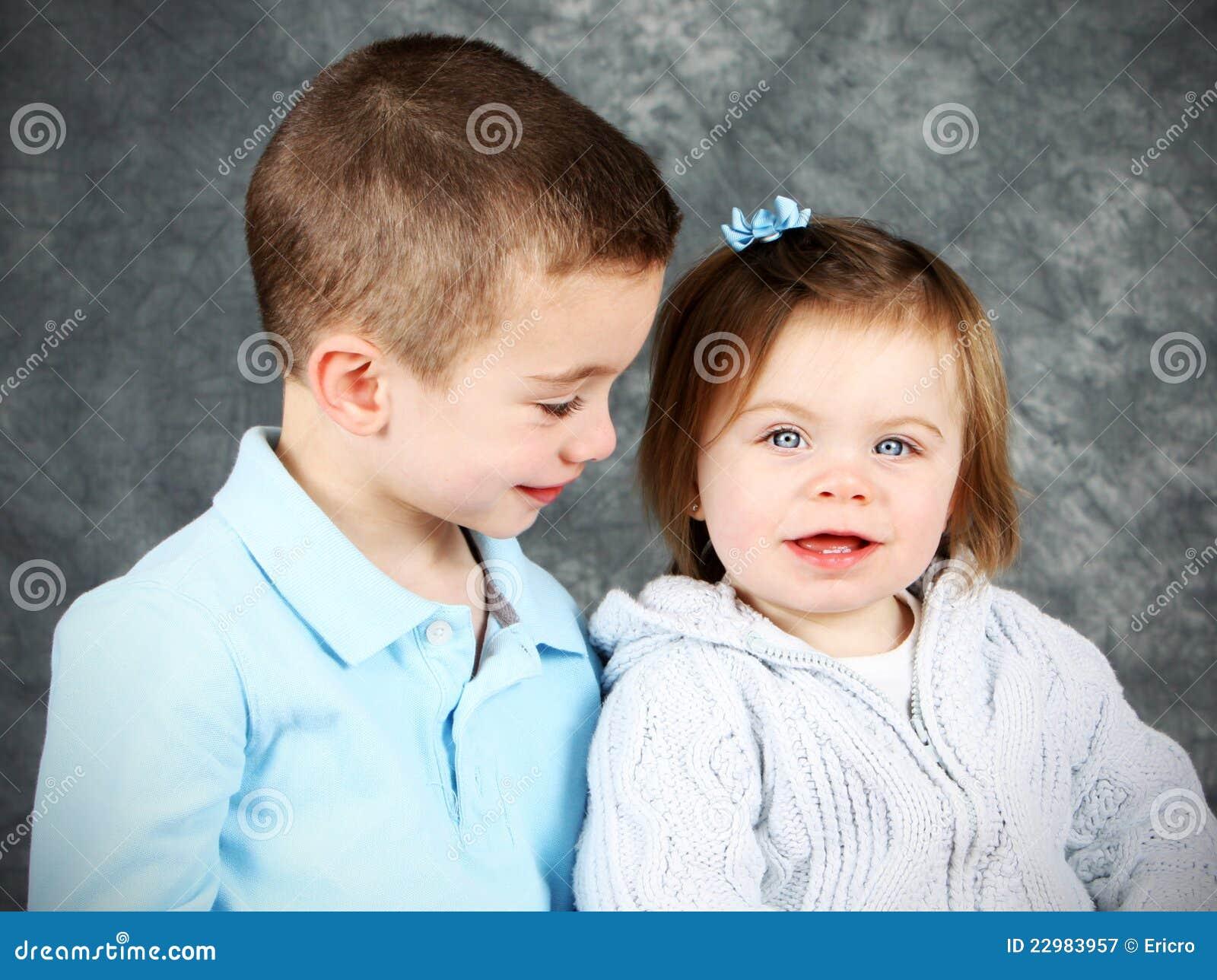 Menino novo que olha adoringly na menina