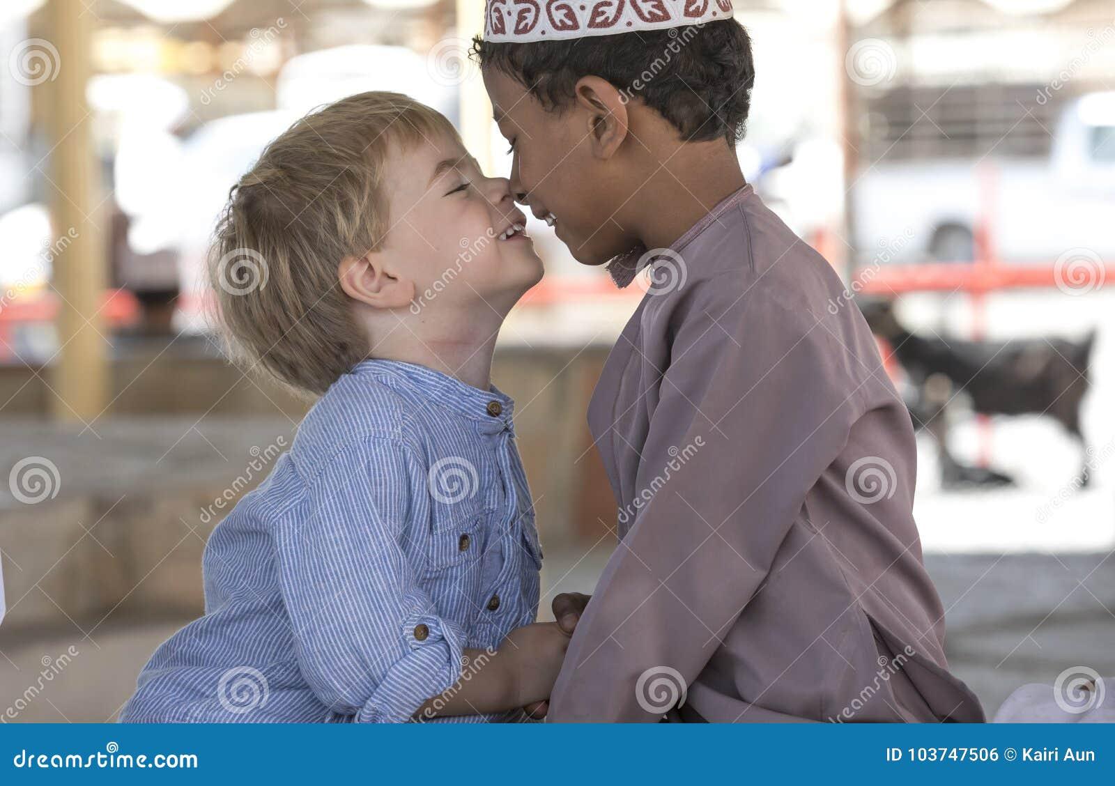 Menino omanense que faz frineds com menino europeu