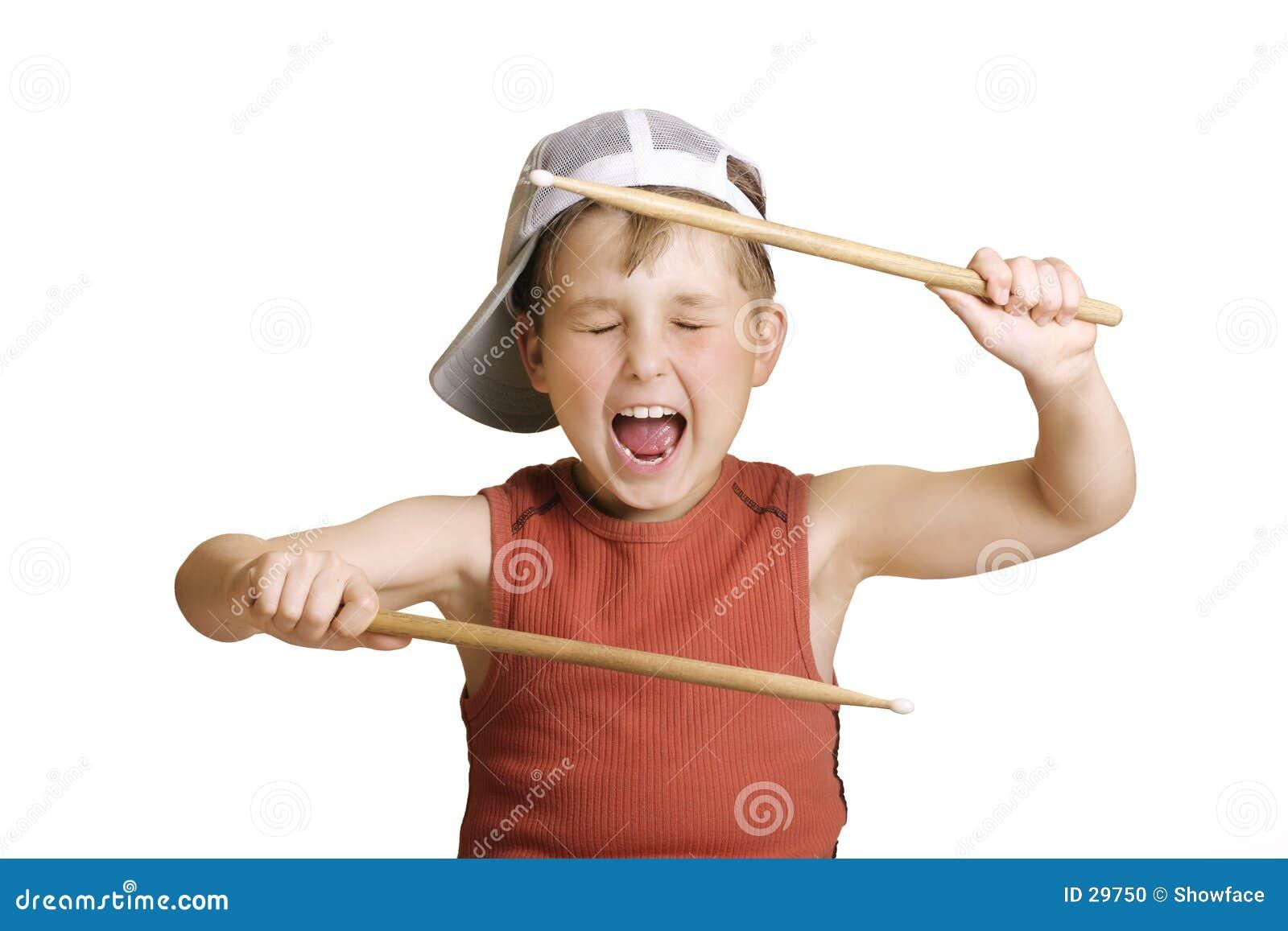 Menino pequeno do baterista