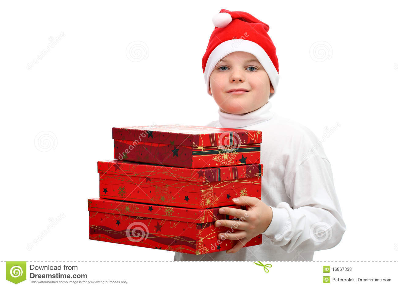 Menino pequeno no chapéu vermelho de Santa que carreg três presentes