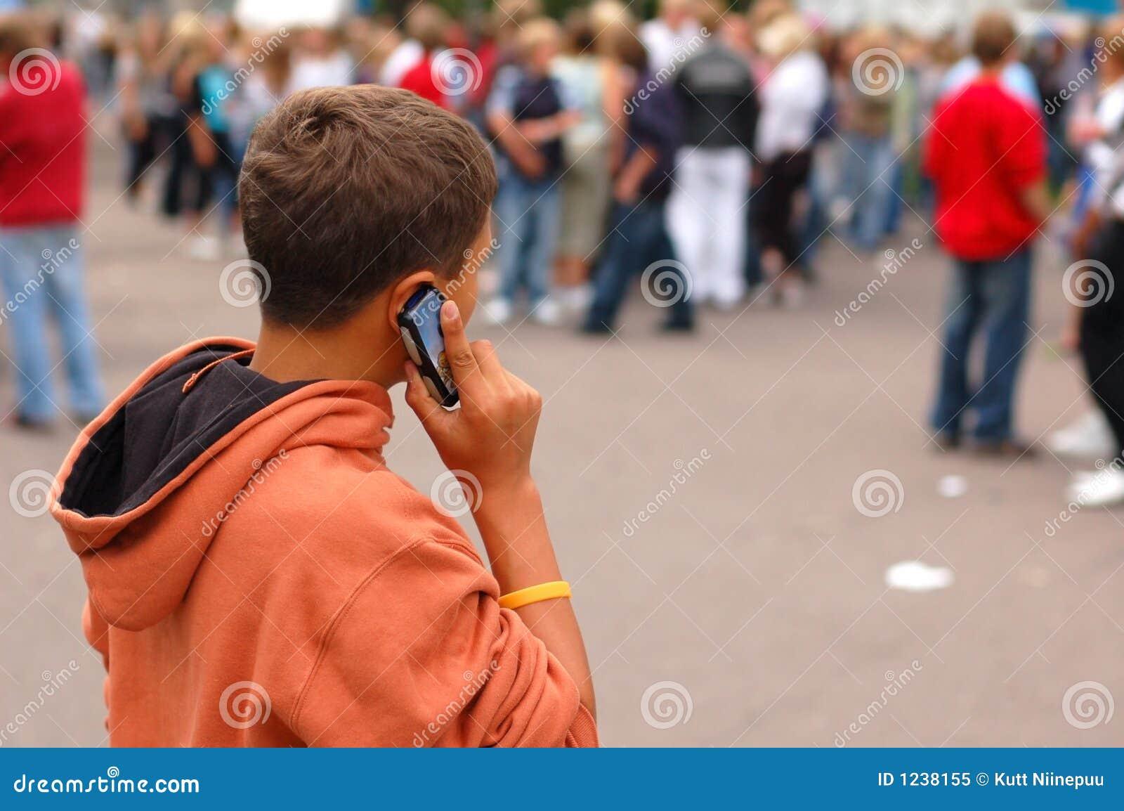 Menino pequeno no telefone