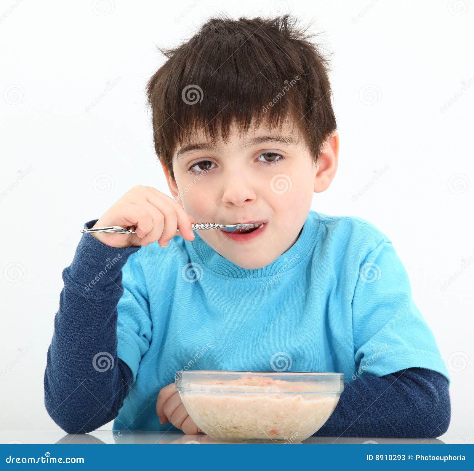 Menino que come o Oatmeal