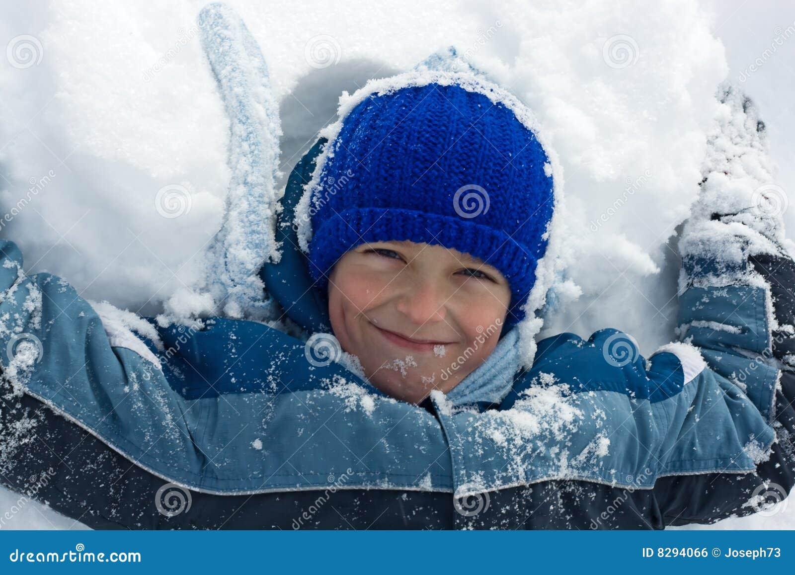 Menino que encontra-se na neve