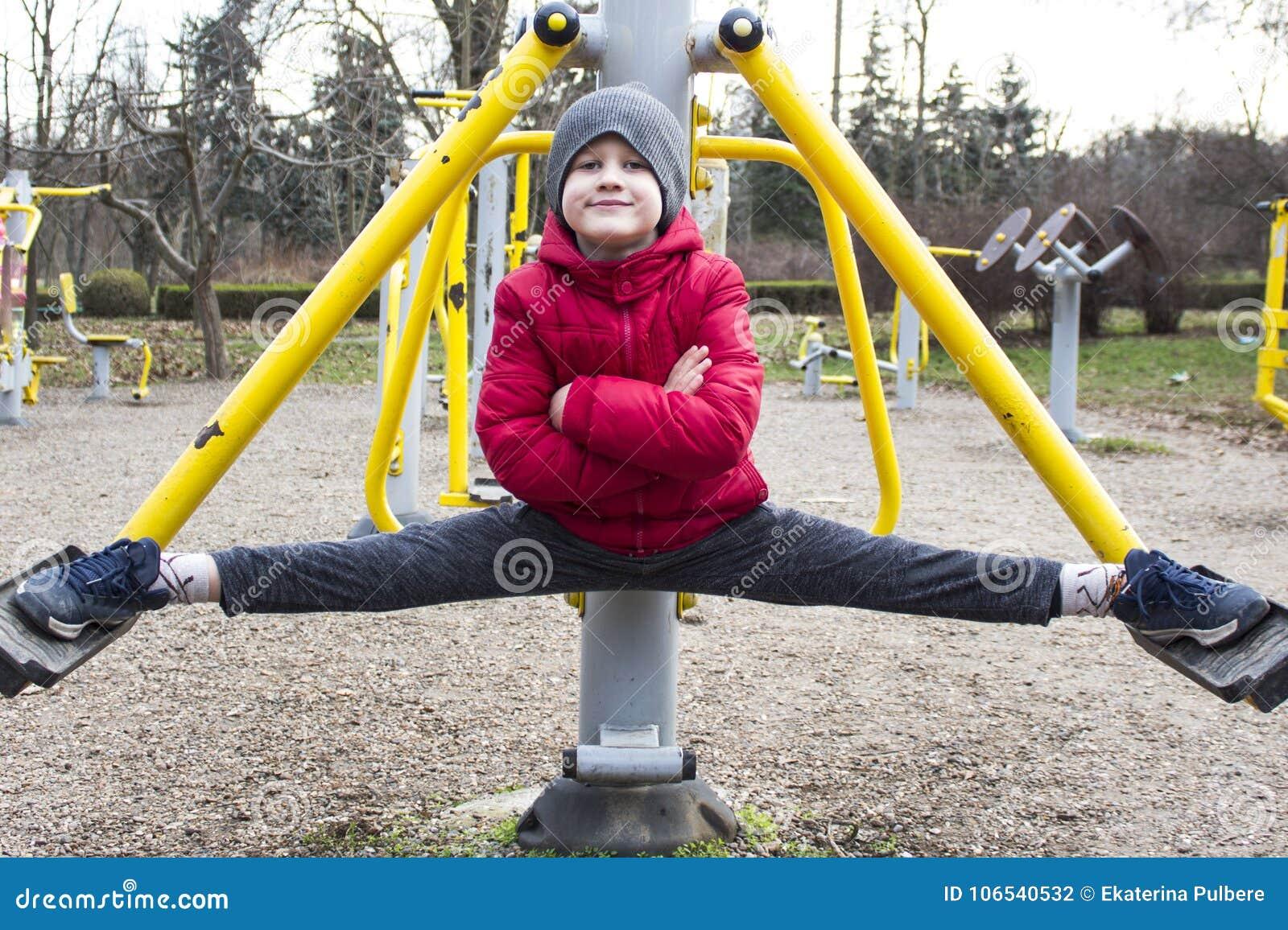 Menino que faz o esporte no parque