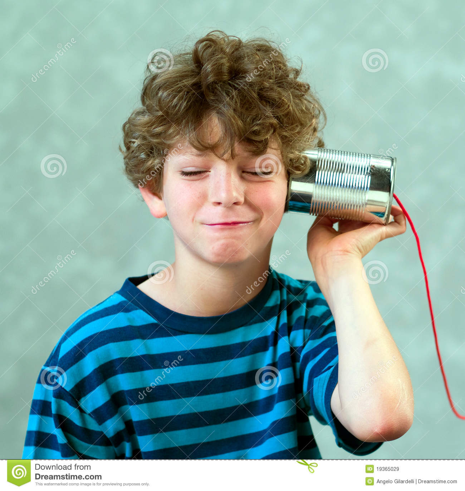 Menino que joga com um telefone falsificado