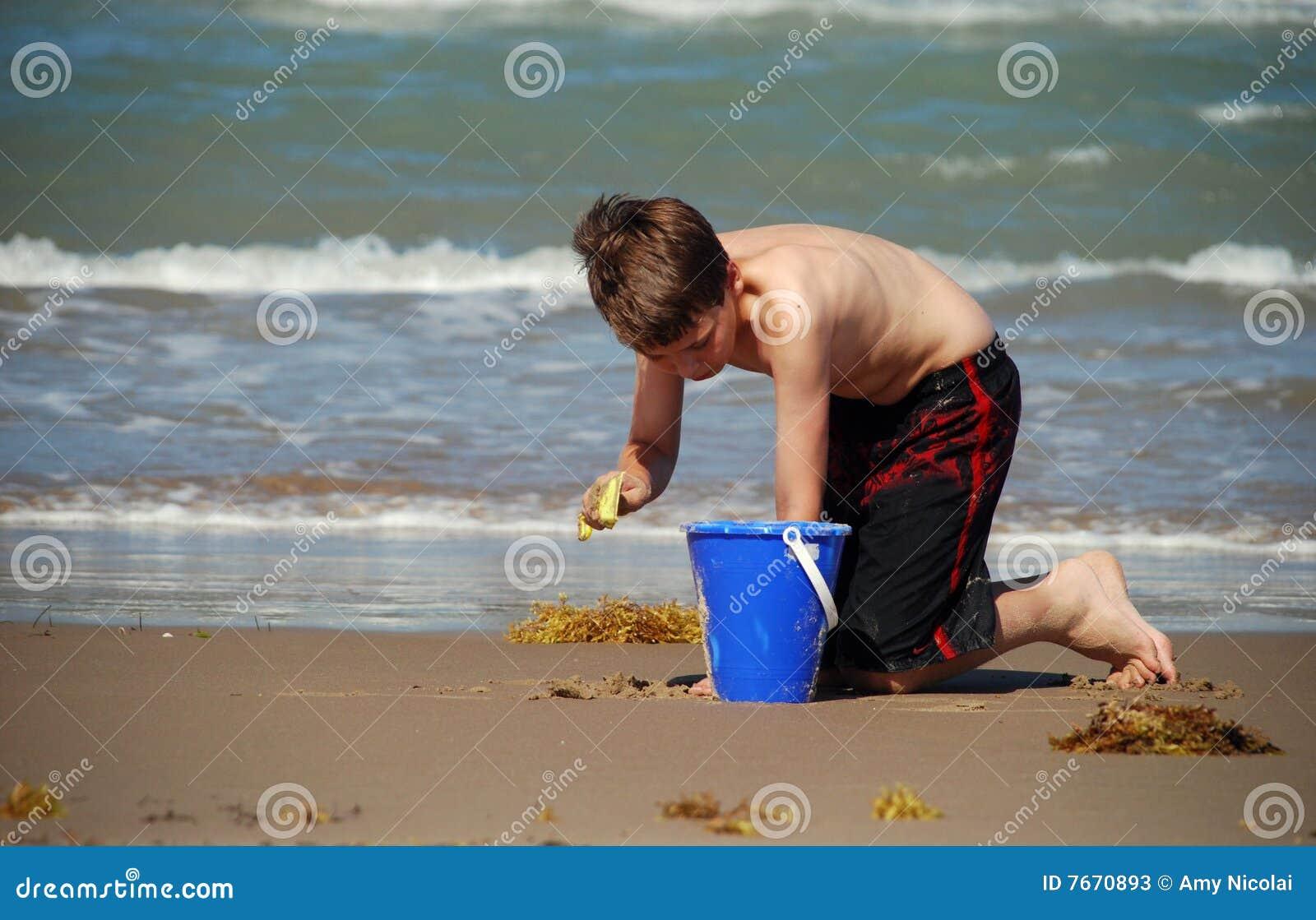 Menino que joga na praia