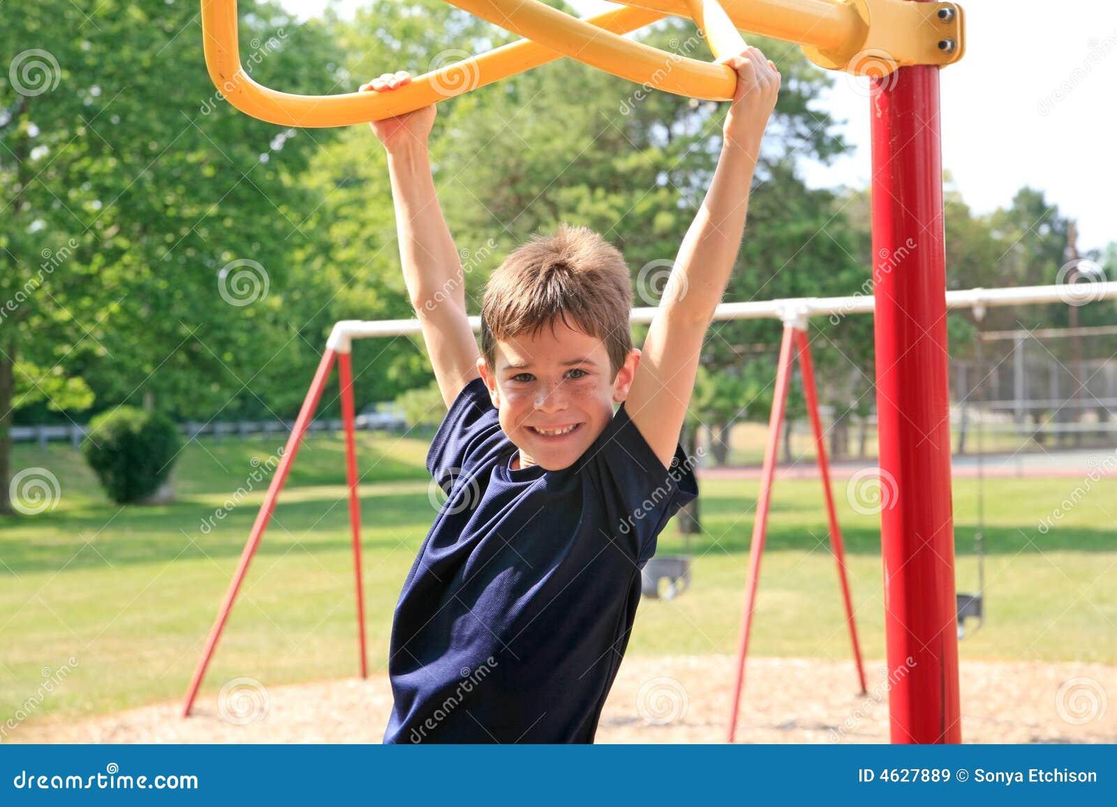 Menino que joga no campo de jogos