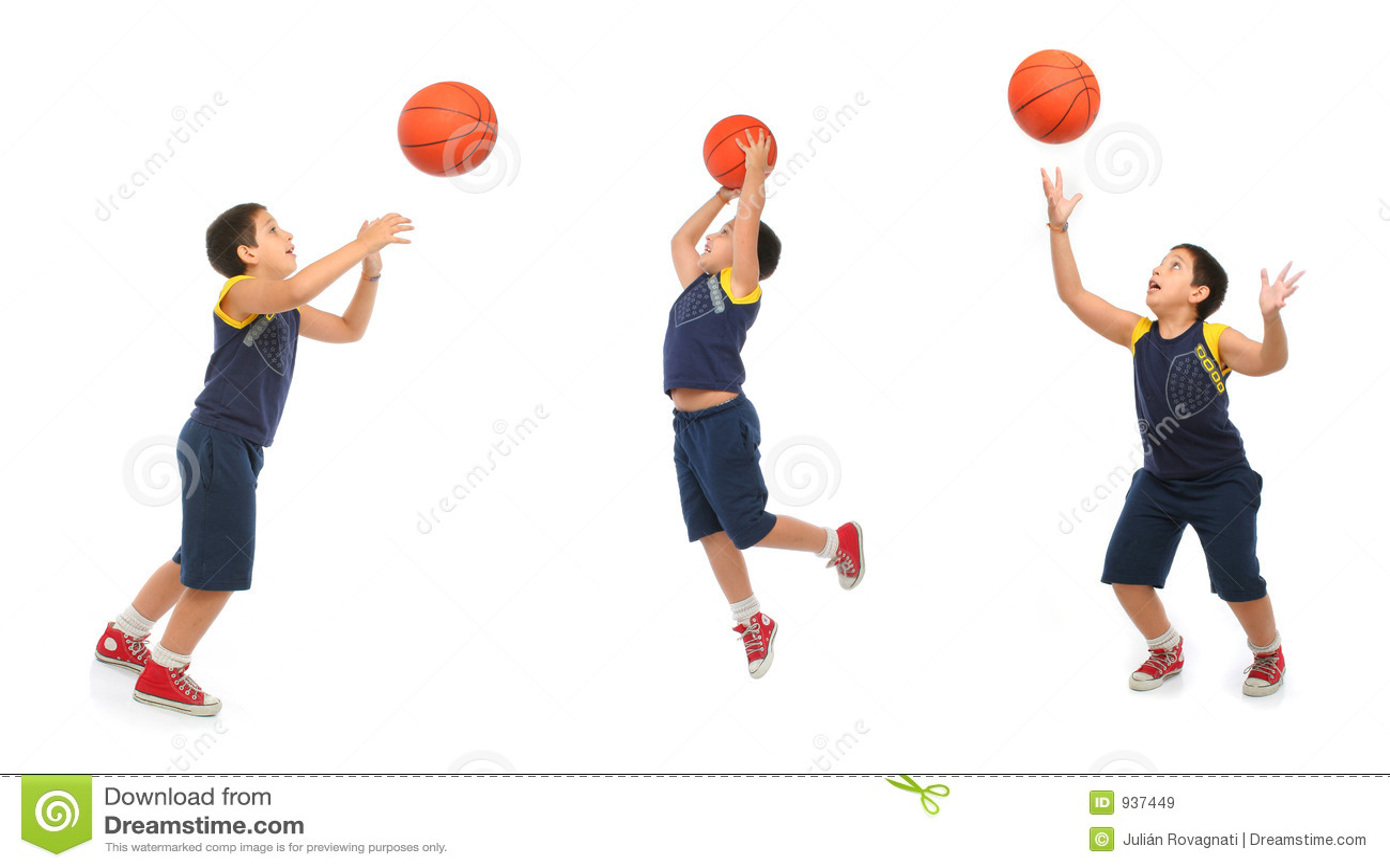 Menino que joga o basquetebol isolado