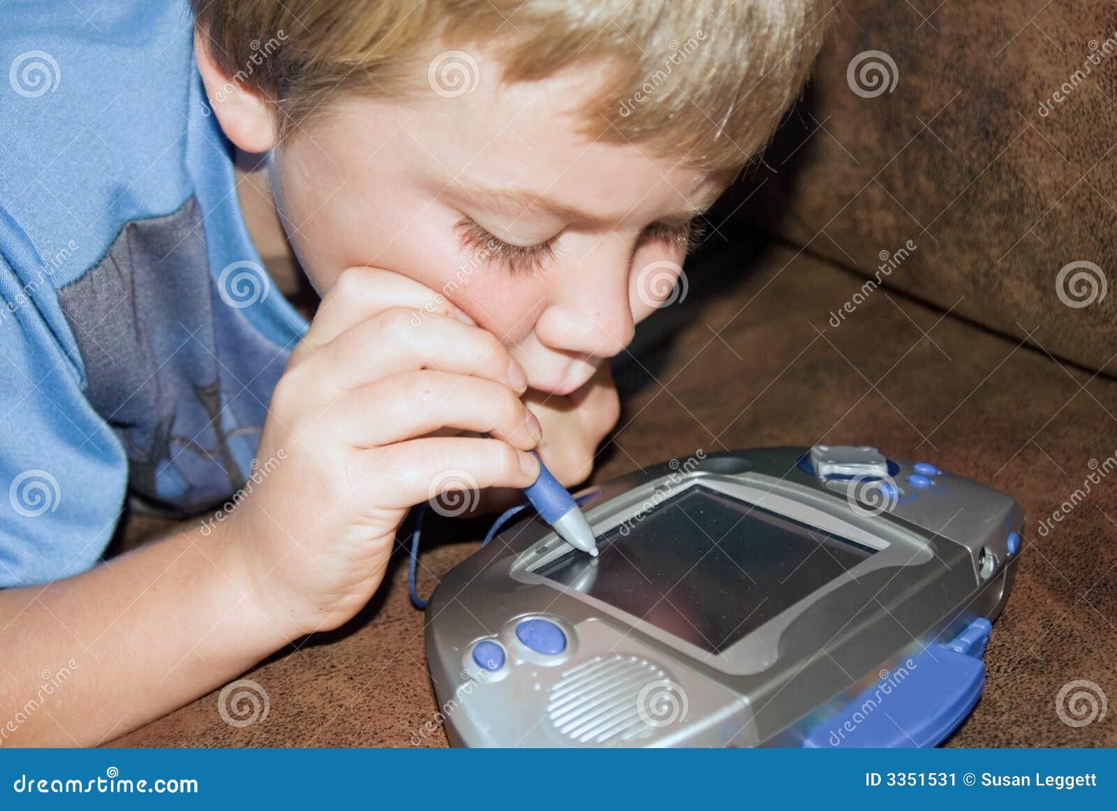 Menino que joga um jogo de computador