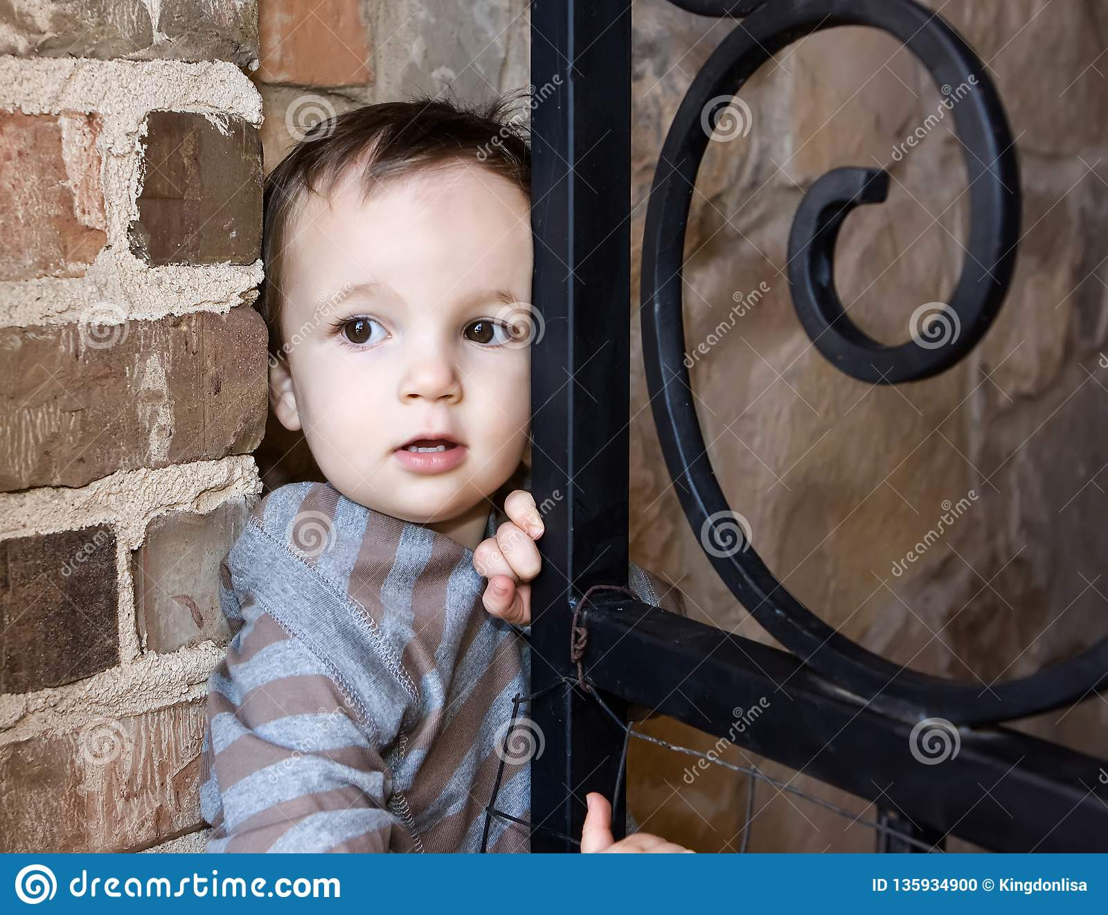 Menino que Sneaking fora da porta para abrigar