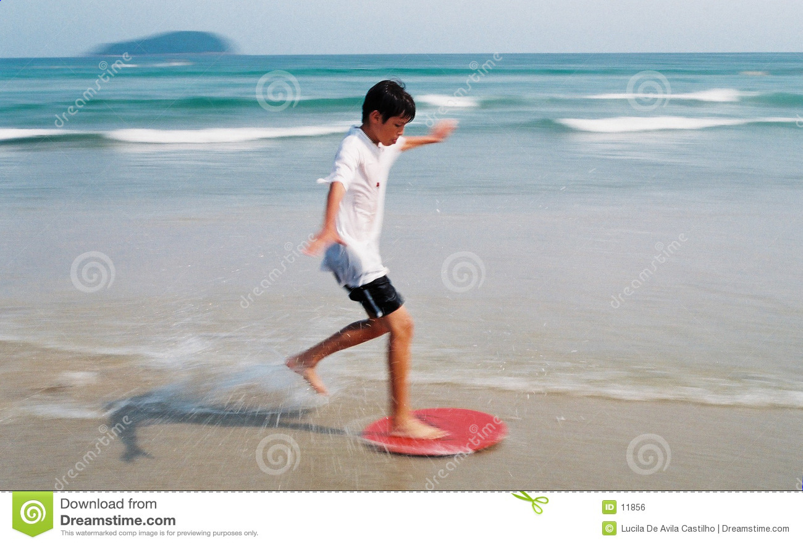 Menino que surfa através das ondas