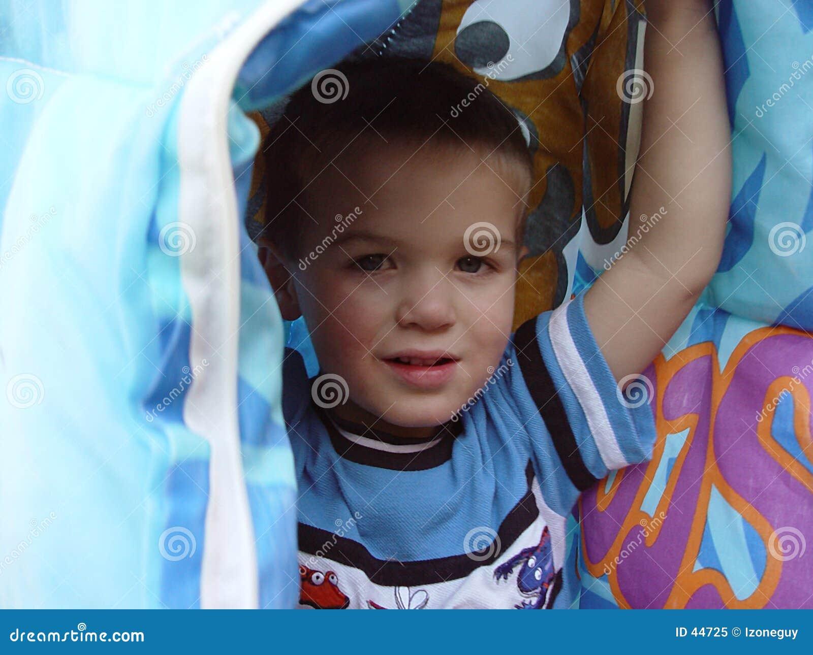 Menino sob o cobertor