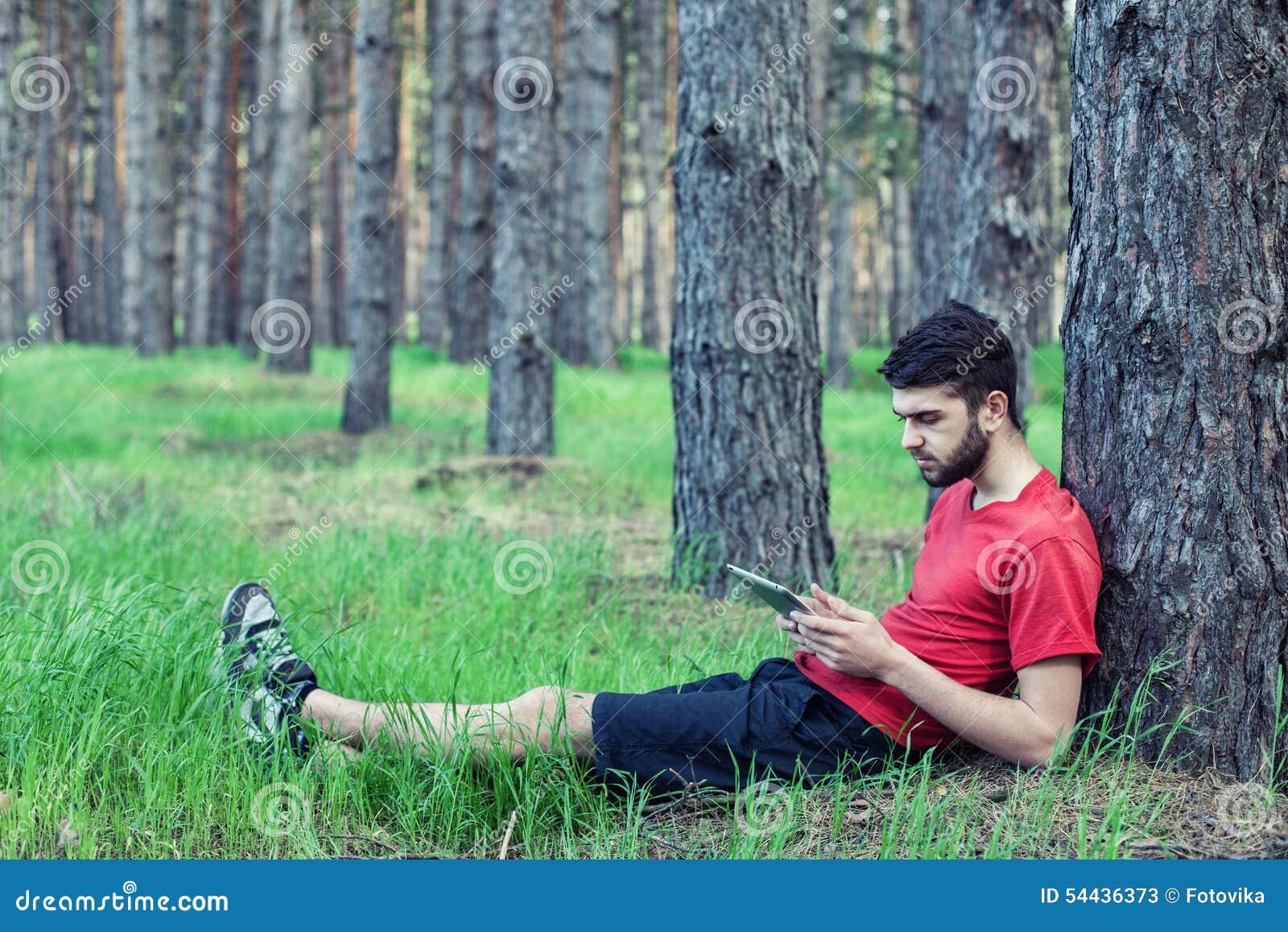 Menino sob uma árvore