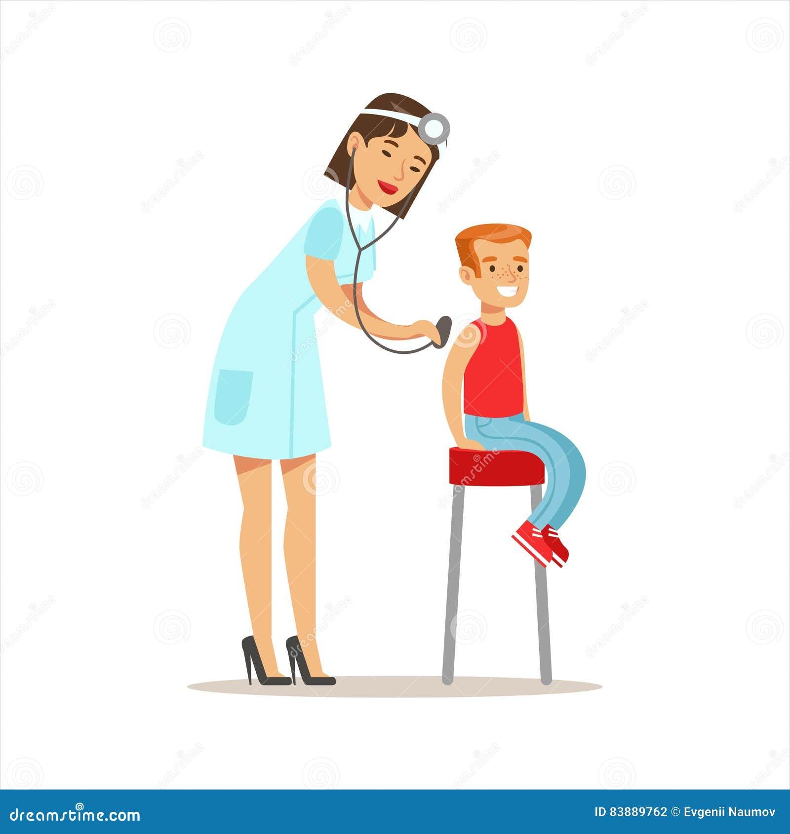 Menino verificado com o Sthetoscope no controle médico com o doutor fêmea Doing Physical Examination do pediatra pre