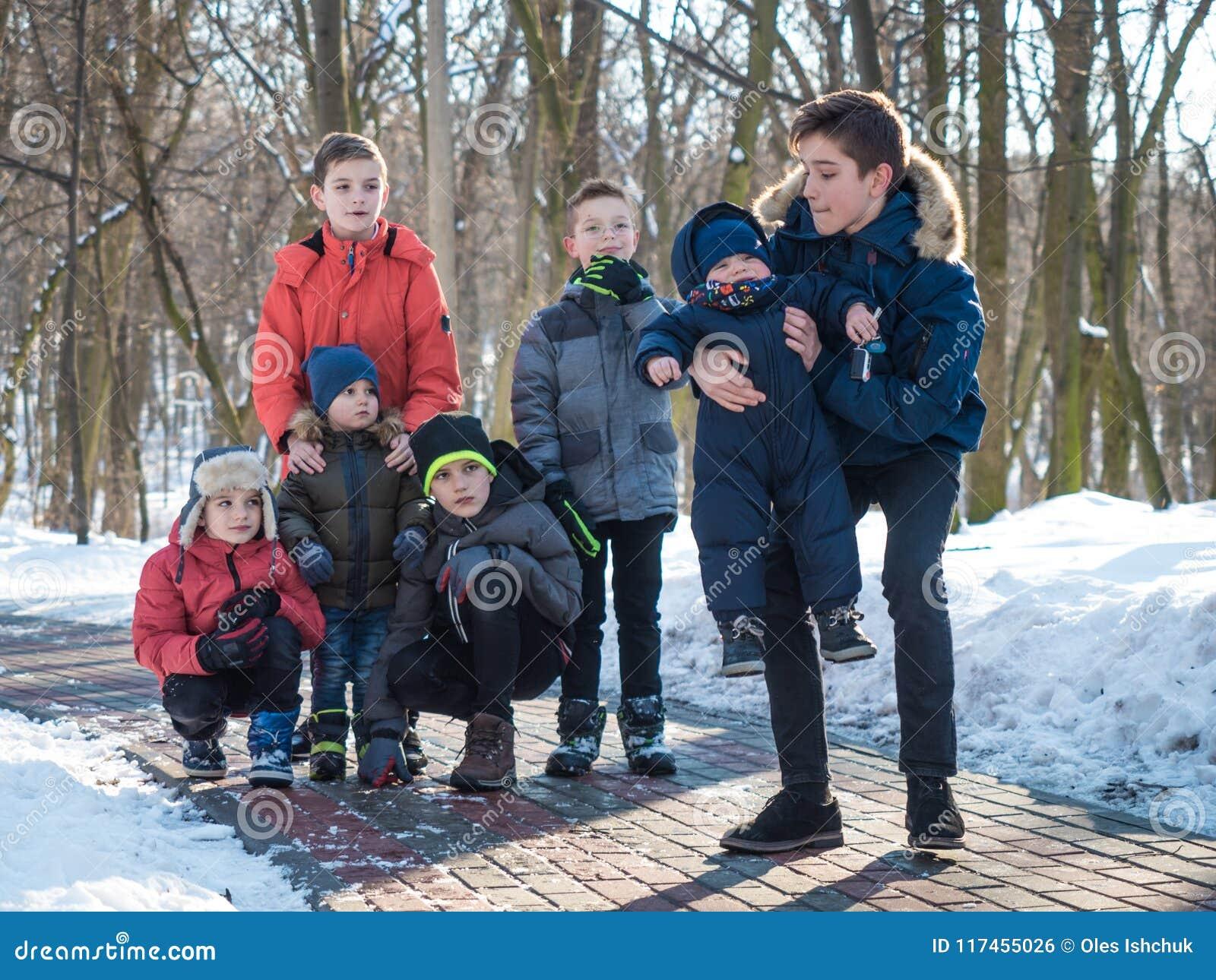 Meninos adoráveis no parque do inverno