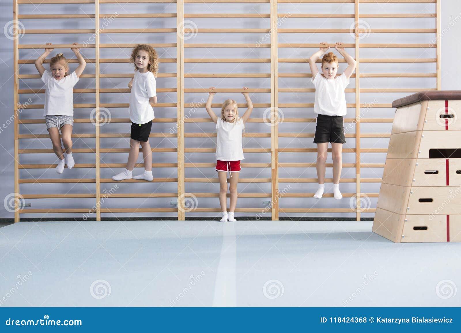 Meninos de escola em barras de parede