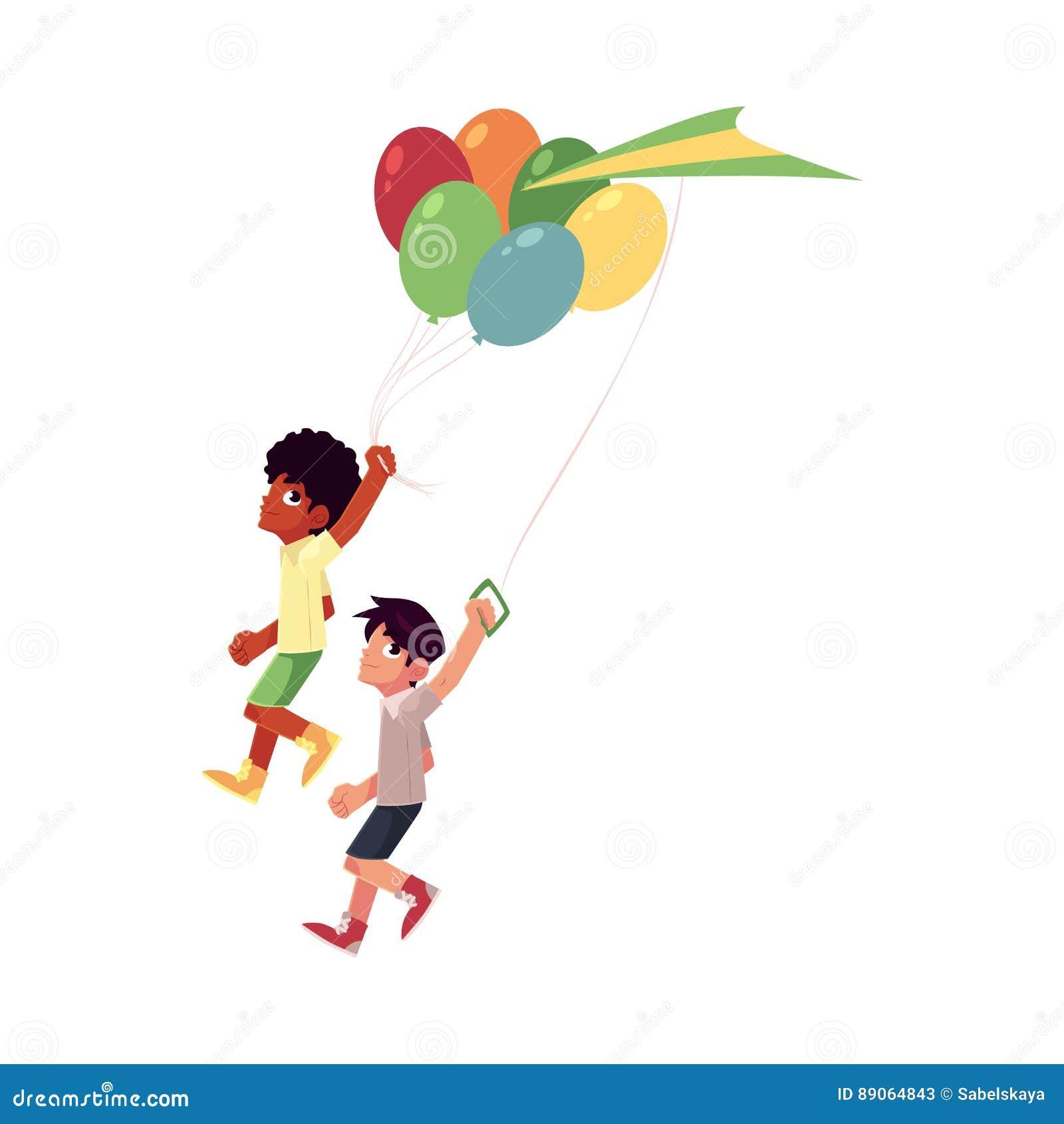 Meninos do africano negro e do Caucasian que correm junto com balões, papagaio