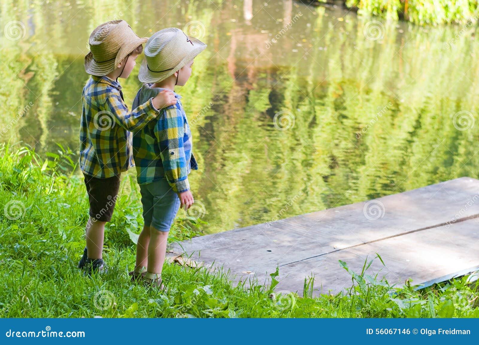 Meninos em chapéus de vaqueiro