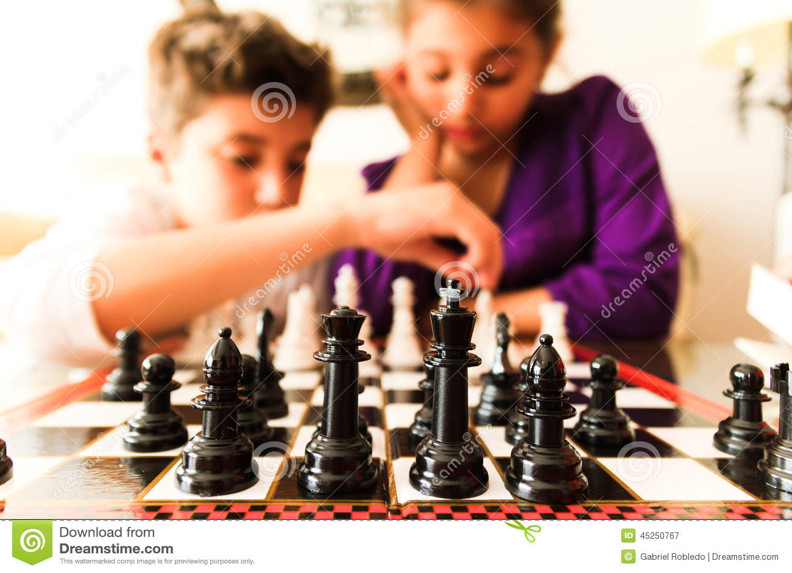 Meninos que jogam a xadrez