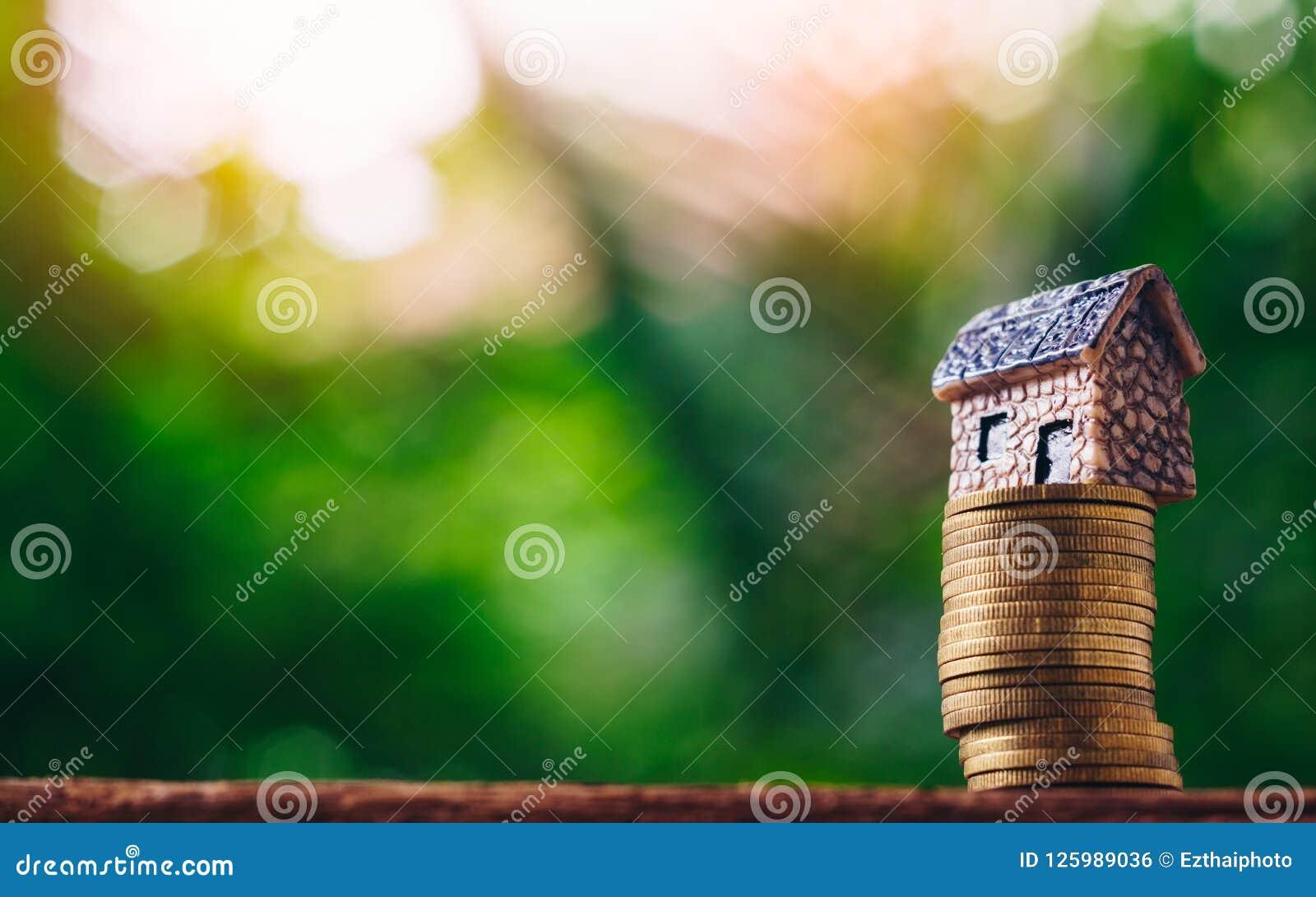 Menniczy pieniądze i dom modelujemy dalej na zielonym natury tle Concep