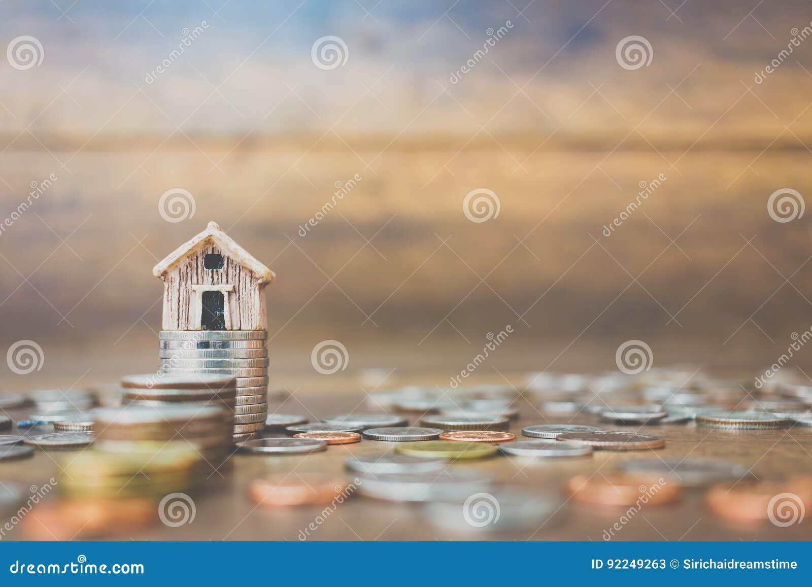Menniczy pieniądze i dom modelujemy na drewnianym tle