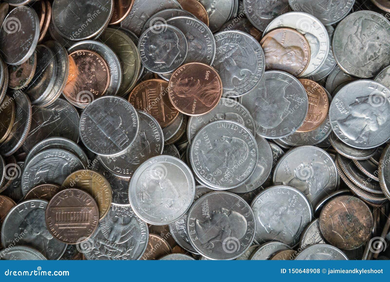 Menniczy tekstury tło z stosem monety wszędzie
