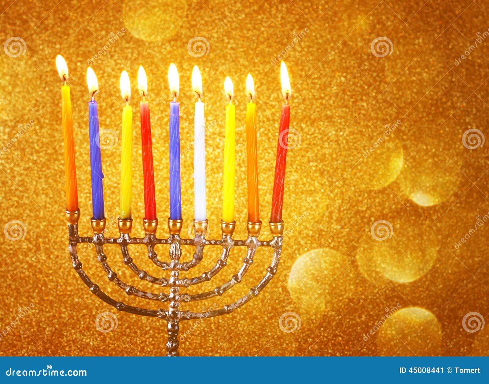 Menorah с candels и предпосылкой светов яркого блеска концепция Хануки