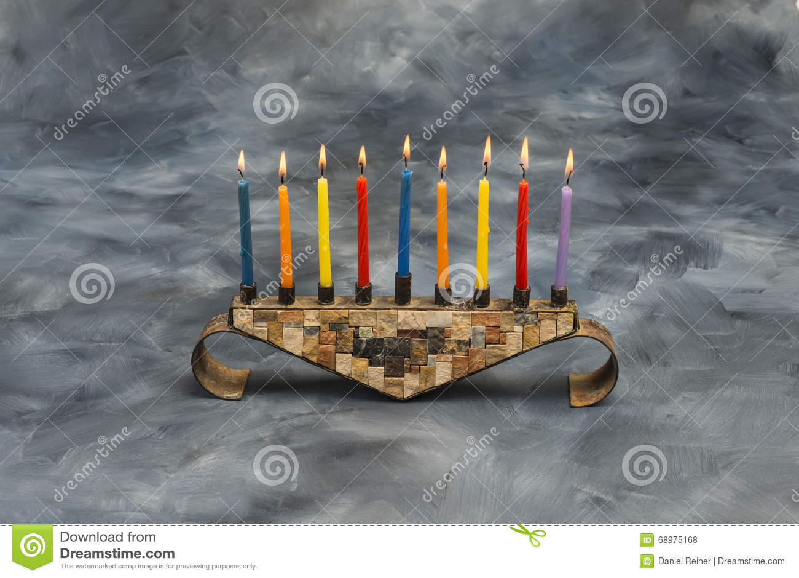Menorah con las velas ardientes para Jánuca