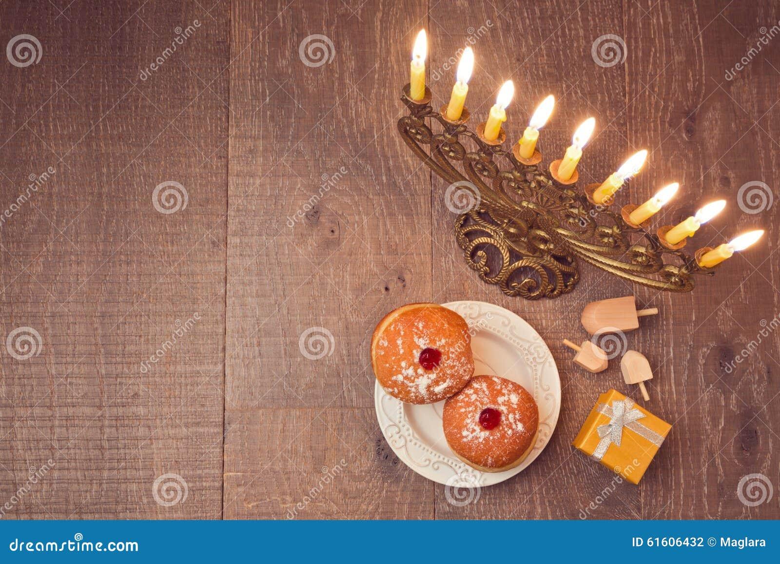 Menorah e sufganiyot na tabela de madeira para a celebração do Hanukkah Vista de acima