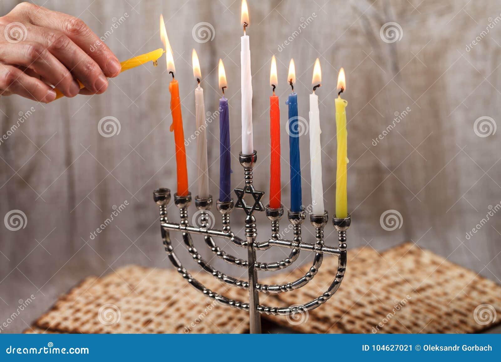 Download Menorah Met Kaarsen Voor Chanoeka Op Een Lichte Houten Achtergrond Stock Afbeelding - Afbeelding bestaande uit mooi, concept: 104627021