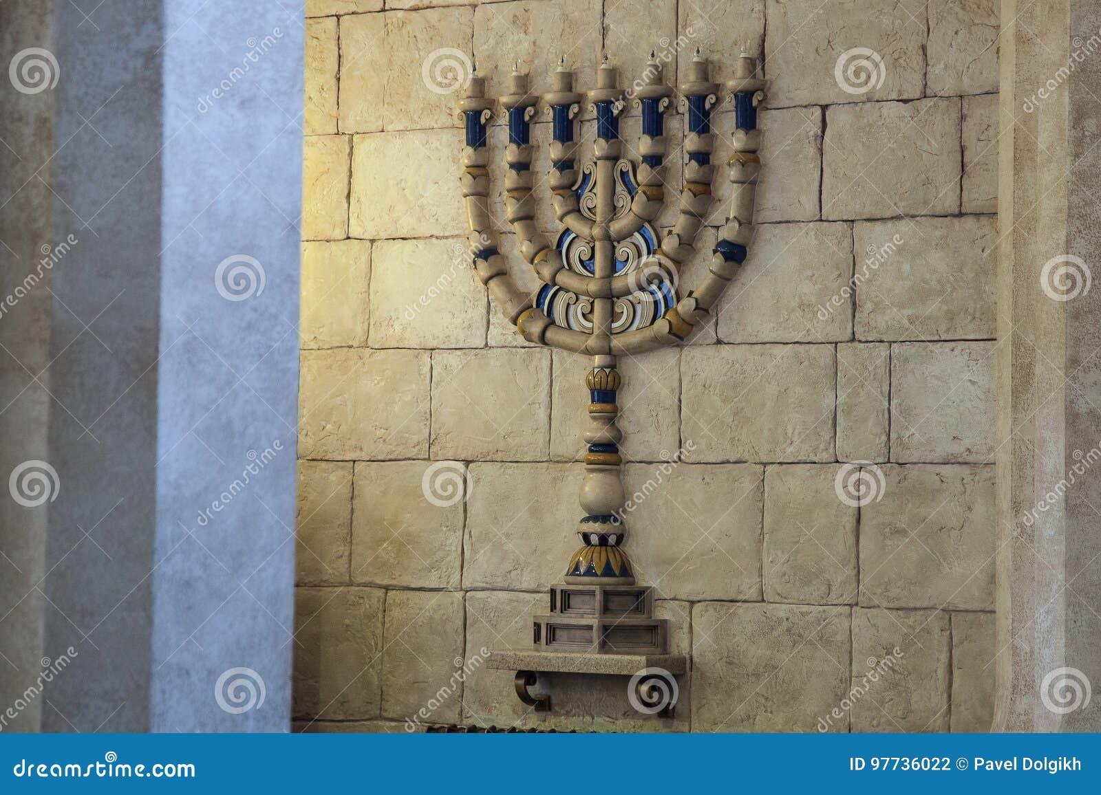 Menoraljusstaken i synagogan