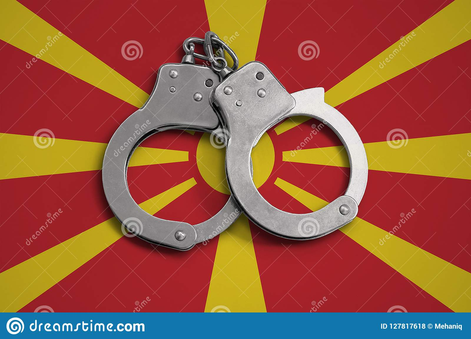 Menottes de drapeau et de police de Macédoine Le concept de l observance de la loi dans le pays et de la protection contre le cri