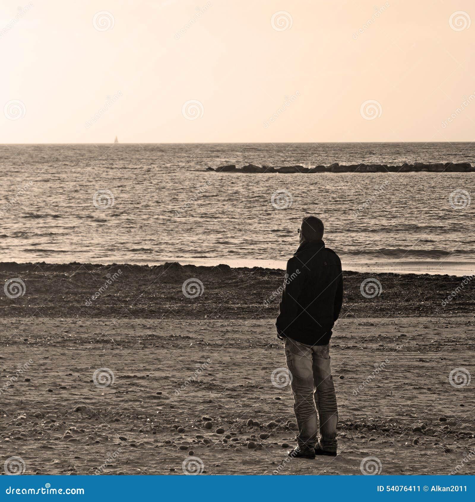 Mens alleen bij het strand in sepia toon