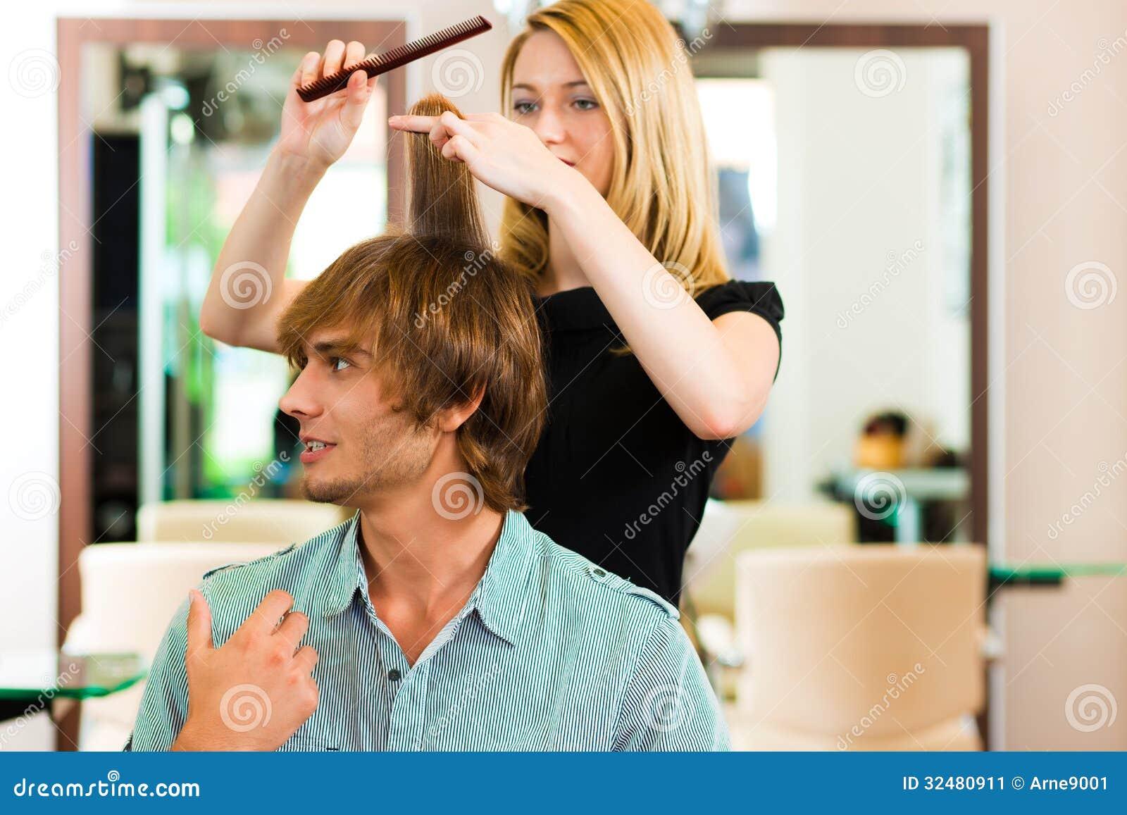 Mens bij de kapper
