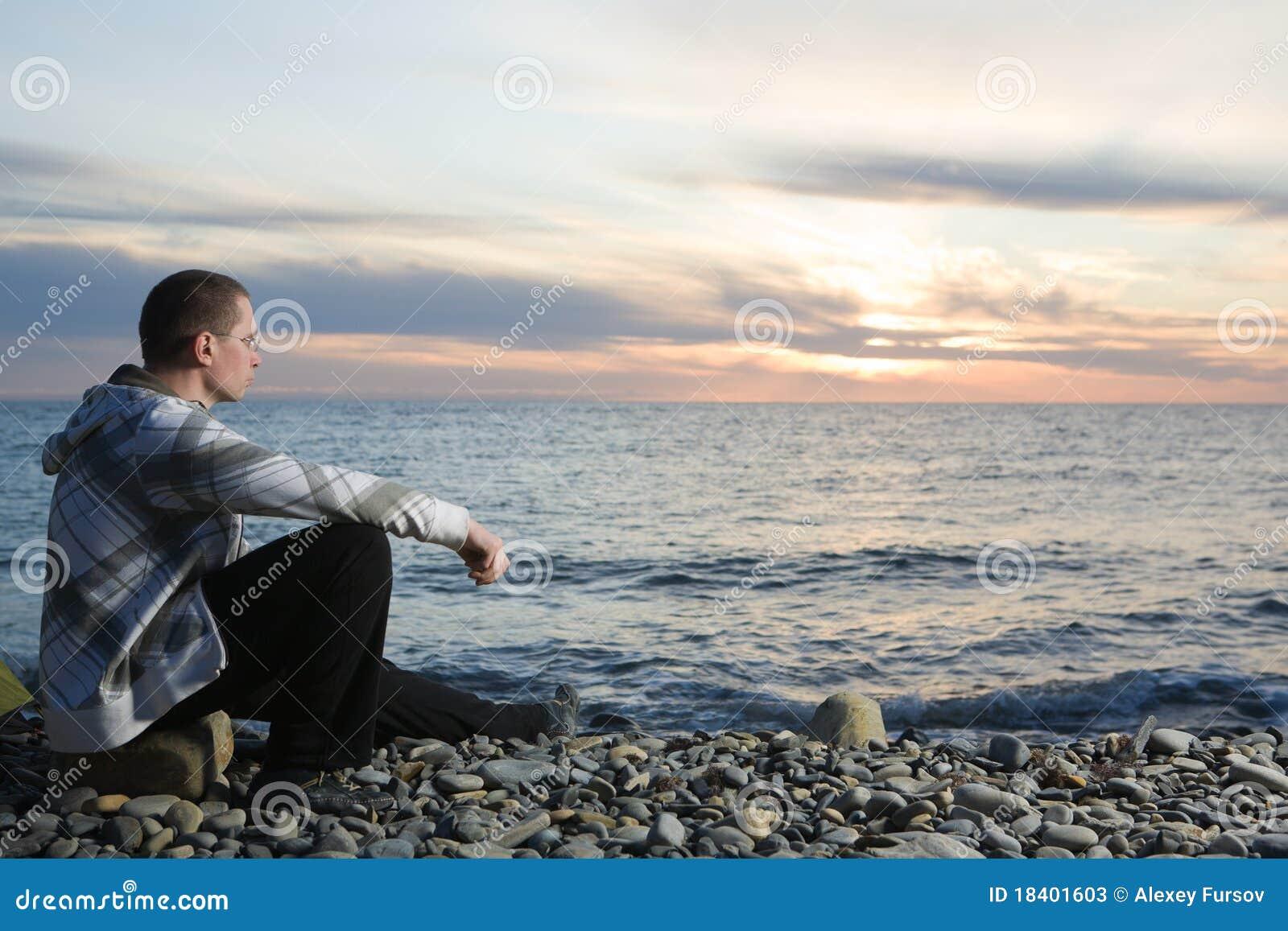 Mens bij strand