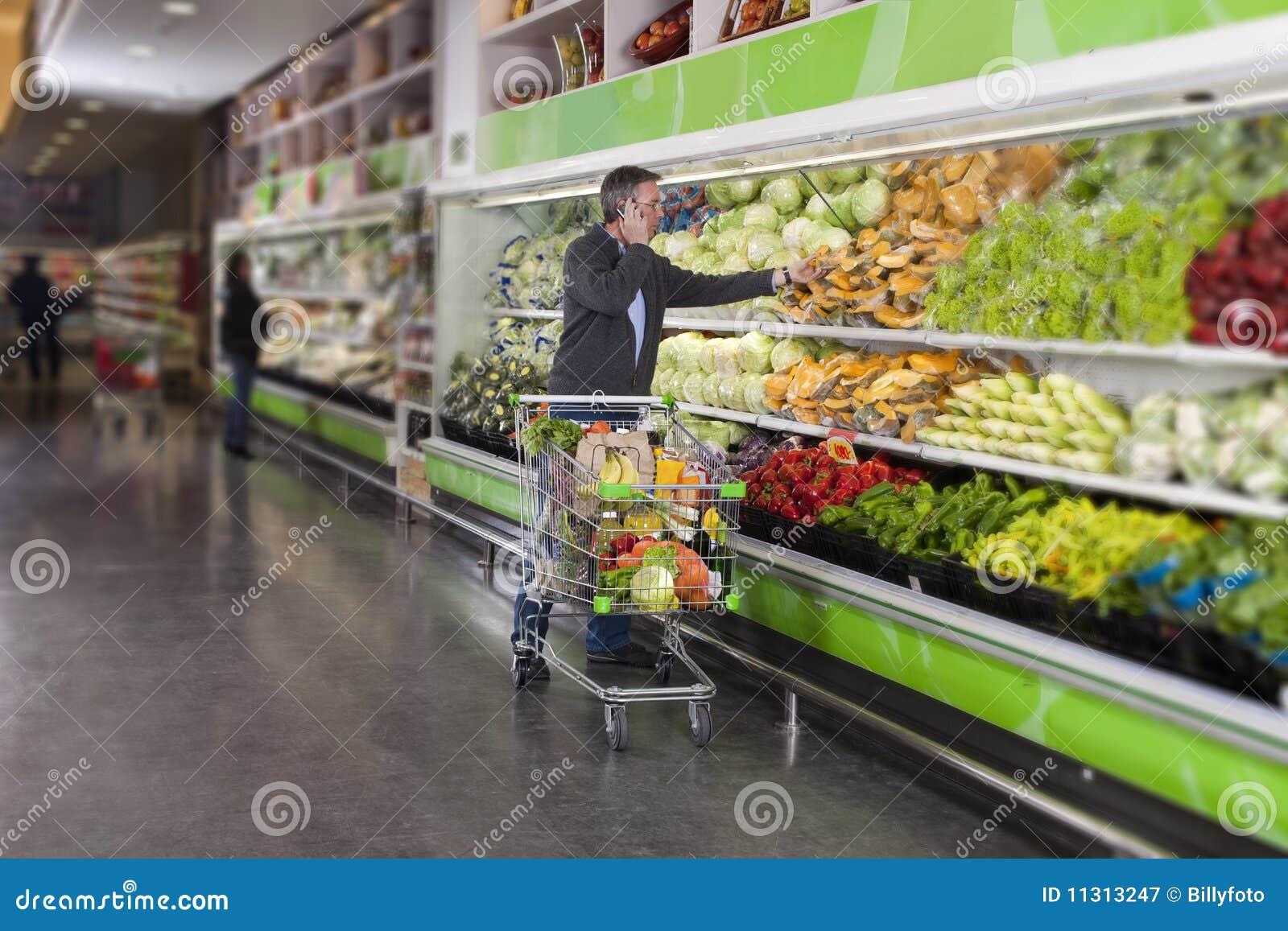 Mens bij supermarkt en cellphone