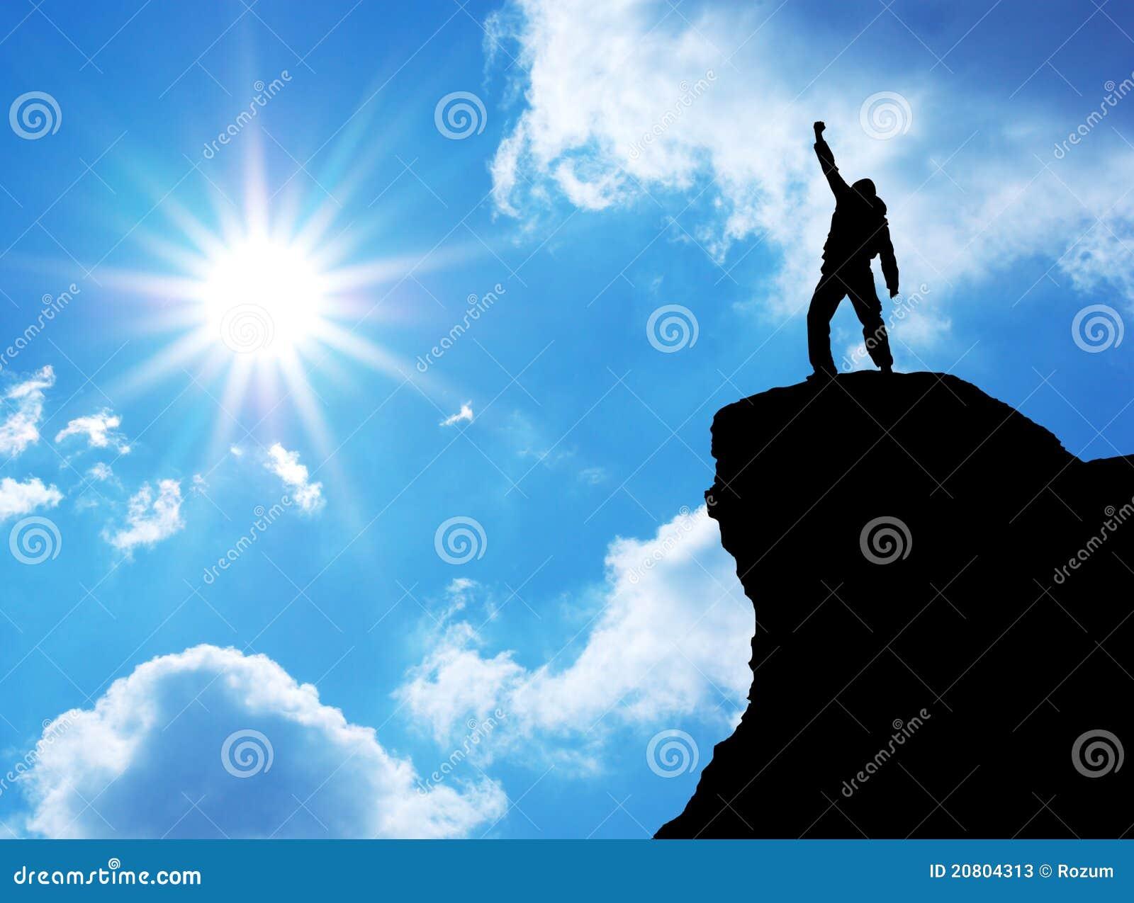 Mens bovenop berg