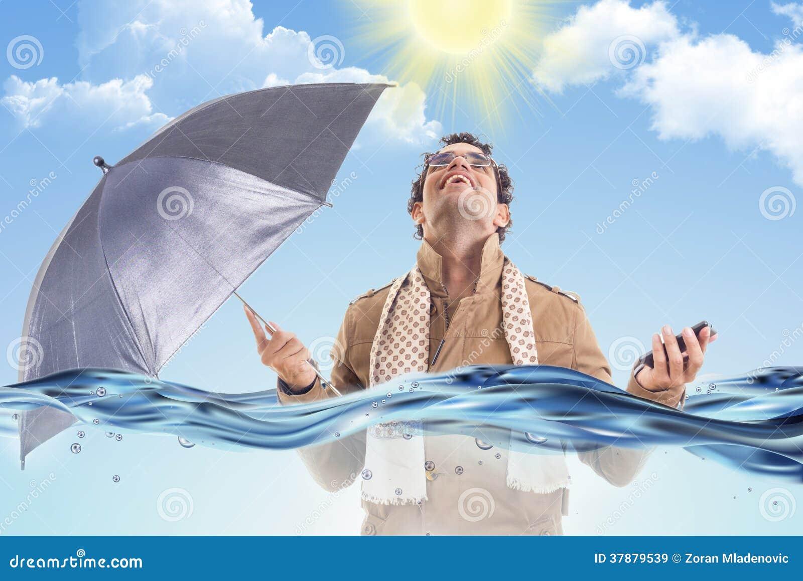 Mens in de laag in het water met een paraplu