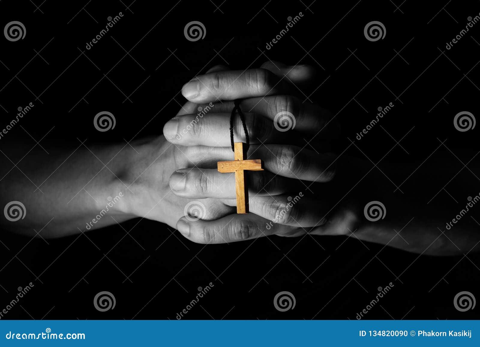 Mens die aan God met een Bijbel in de Ochtendtoewijding bidden