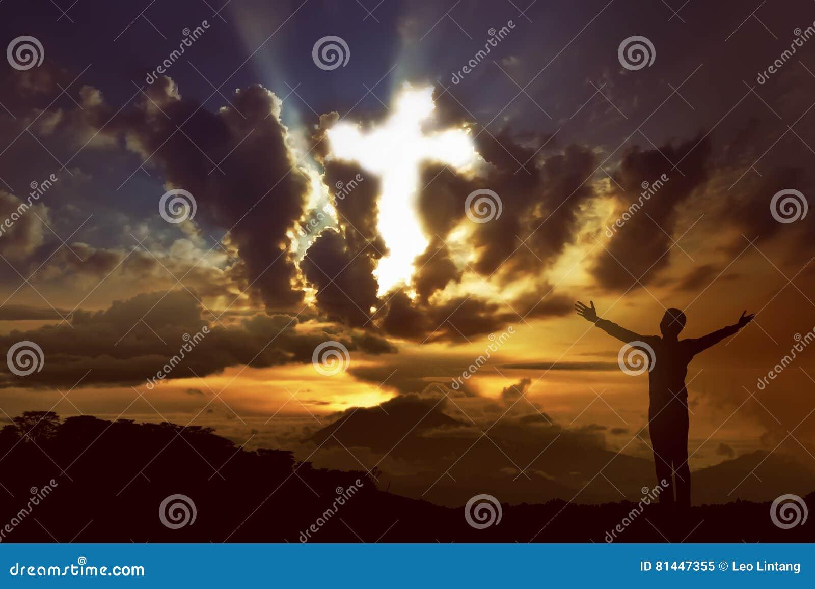 Mens die aan god met straal van licht bidden die kruis op de hemel gestalte geven