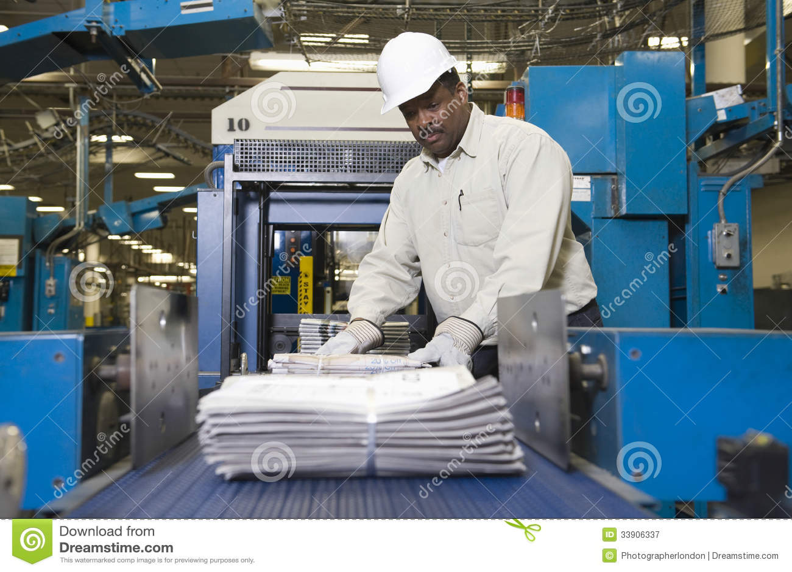 Mens die aan Krantenproductielijn werken