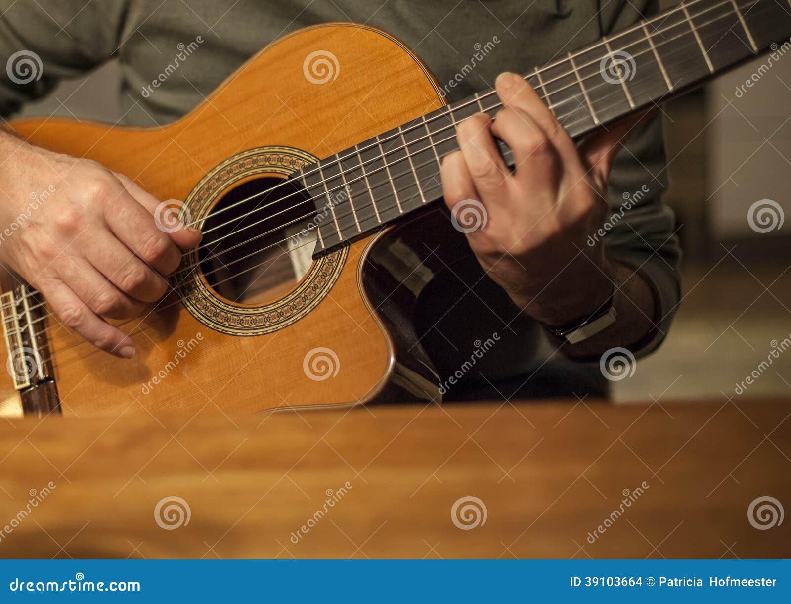 Mens die akoestische gitaar spelen
