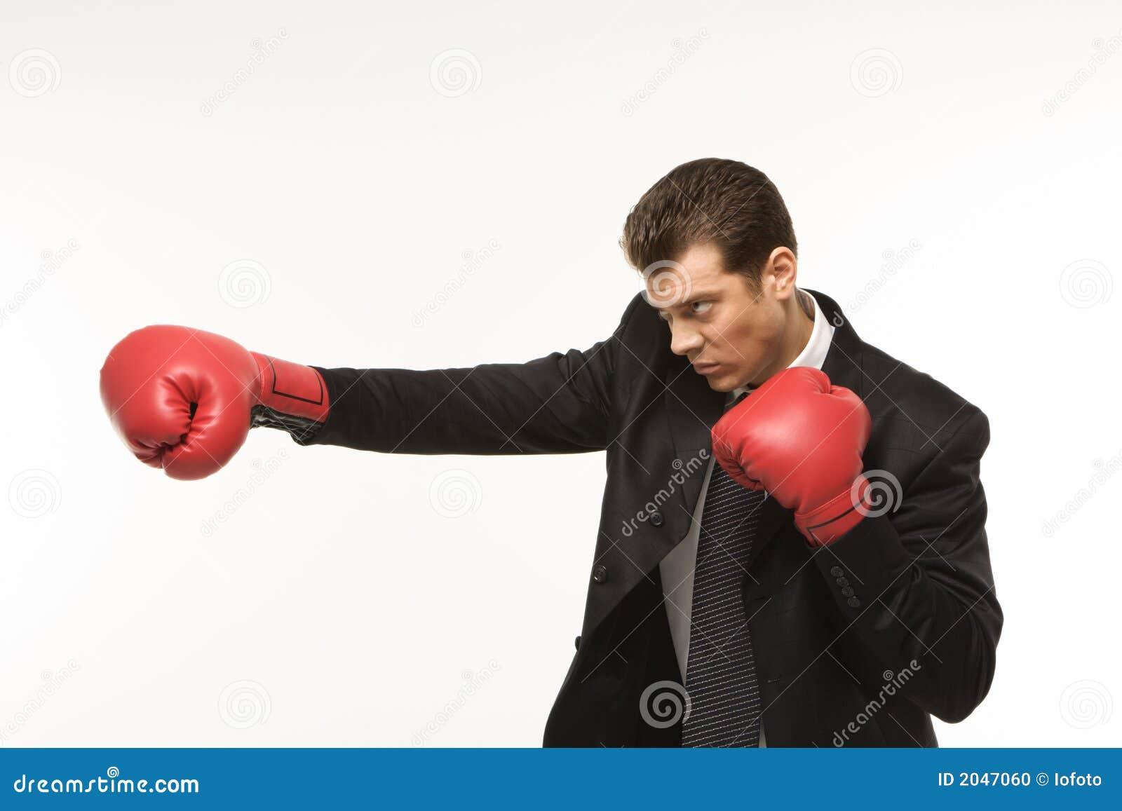 Mens die bokshandschoenen draagt