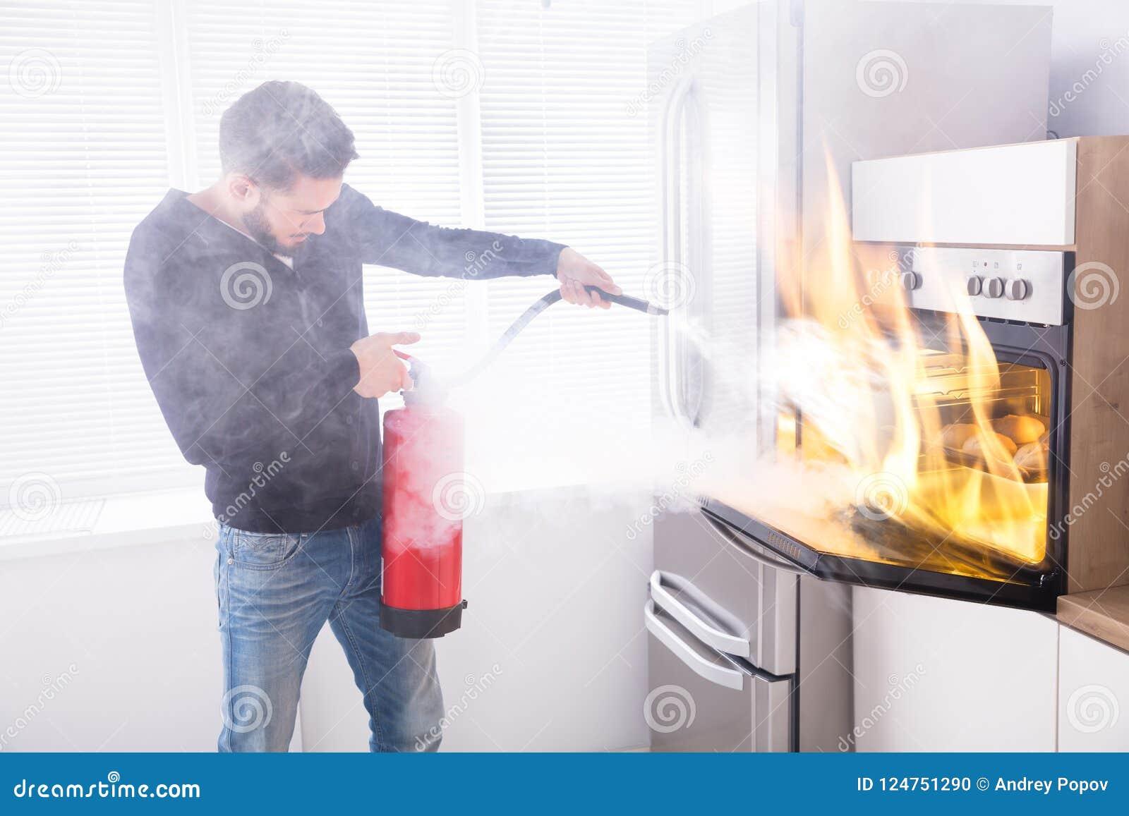 Mens die Brandblusapparaat gebruiken om Brand tegen te houden volgend uit Oven