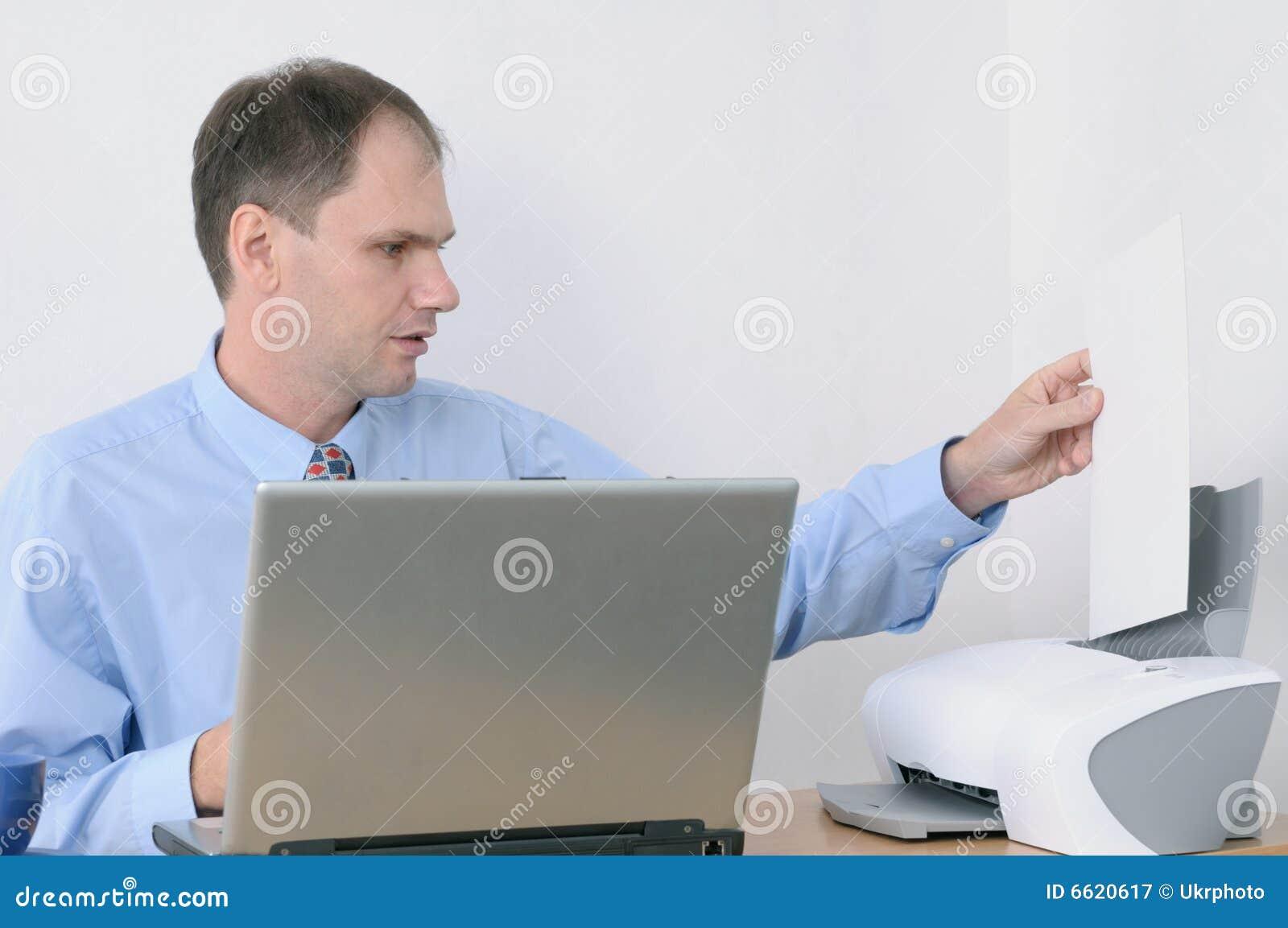 Mens die in bureau werkt
