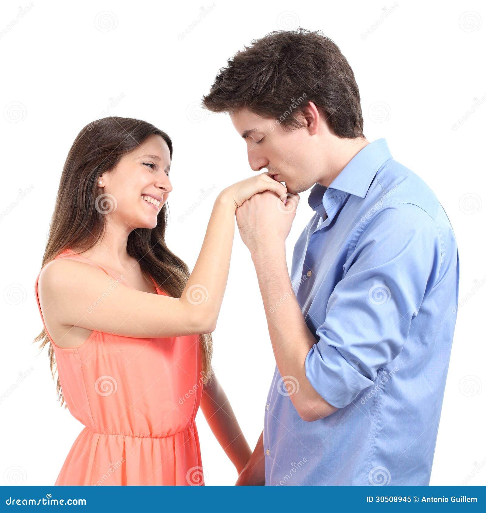 Mens die de hand kussen aan zijn partner
