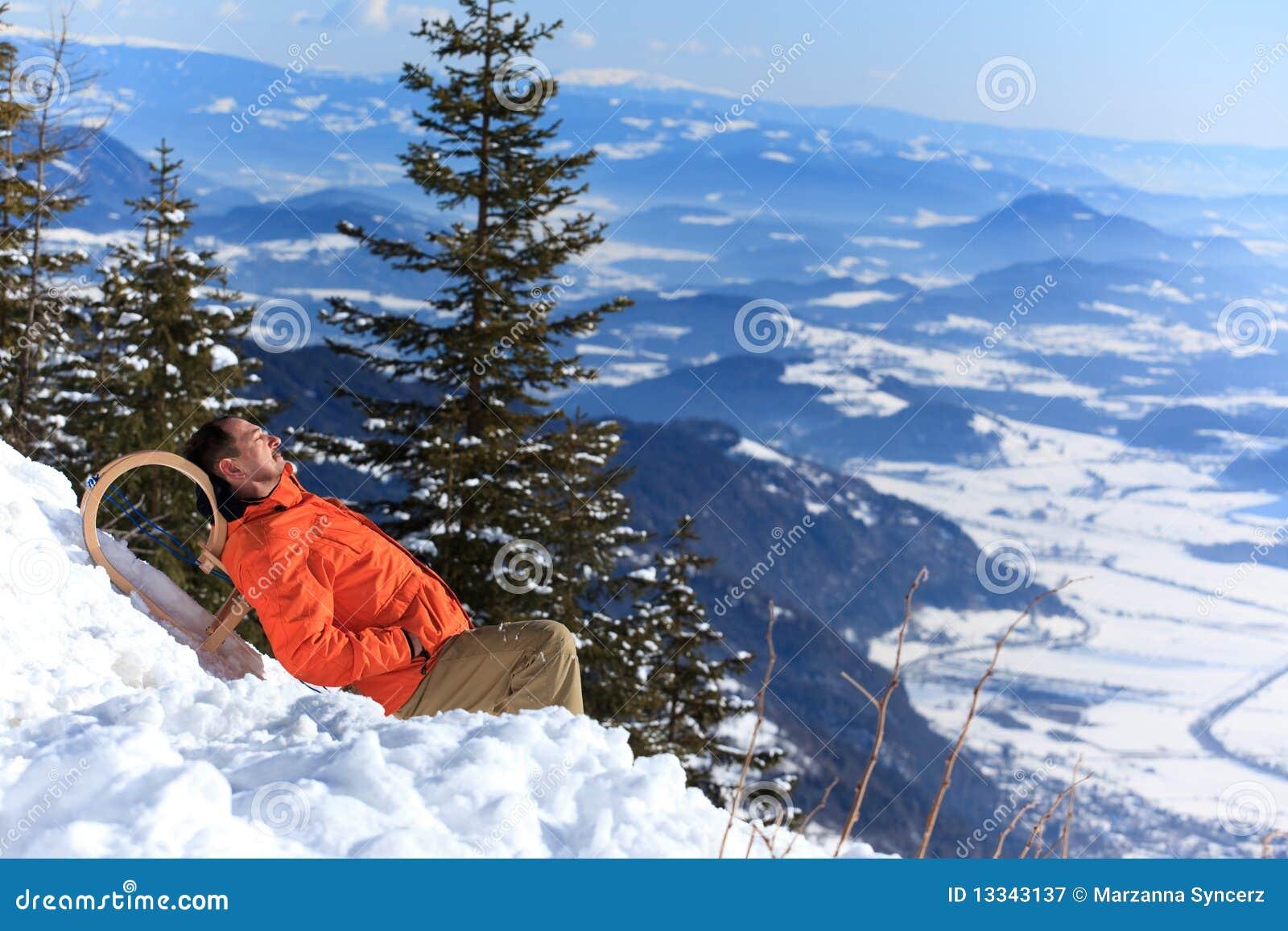 Mens die in de sneeuw rust